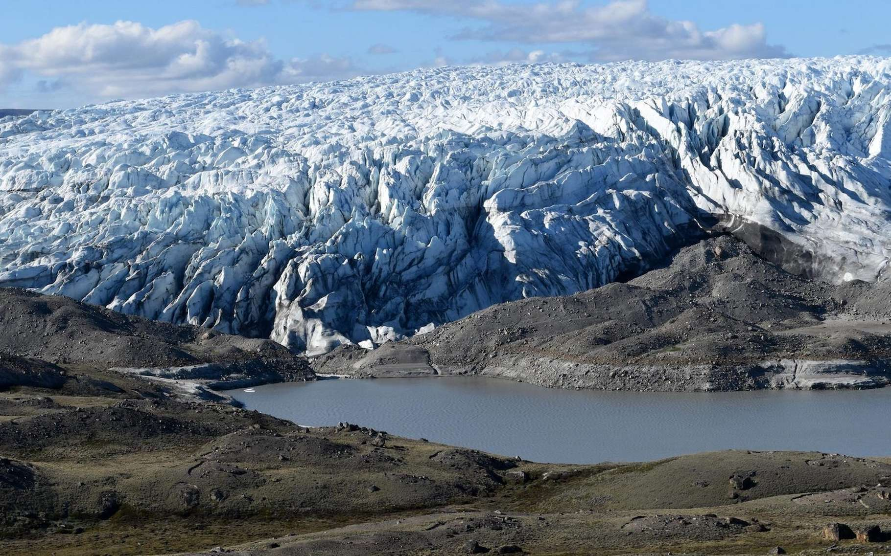 Ici, un lac nouvellement formé en bordure de la calotte glaciaire du Groenland. Une situation qui se multiplie avec le recul de la glace. Peut-être un aperçu de ce qu'a pu être, en son temps, l'immense lac sous-glaciaire découvert récemment par les chercheurs de l'université de Columbia (États-Unis). © Université de Columbia