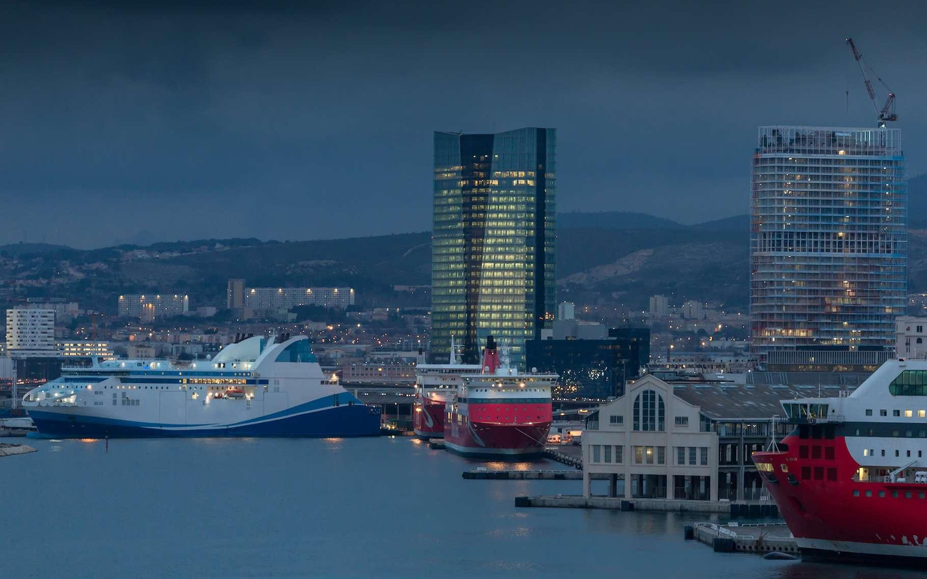 Défié par EDF, Capsim a mis au point, pour le port de Marseille, des scénarios de branchement des navires à quai, intégrant la production d'énergie via des panneaux photovoltaïques. © Mike Fouque, Adobe Stock
