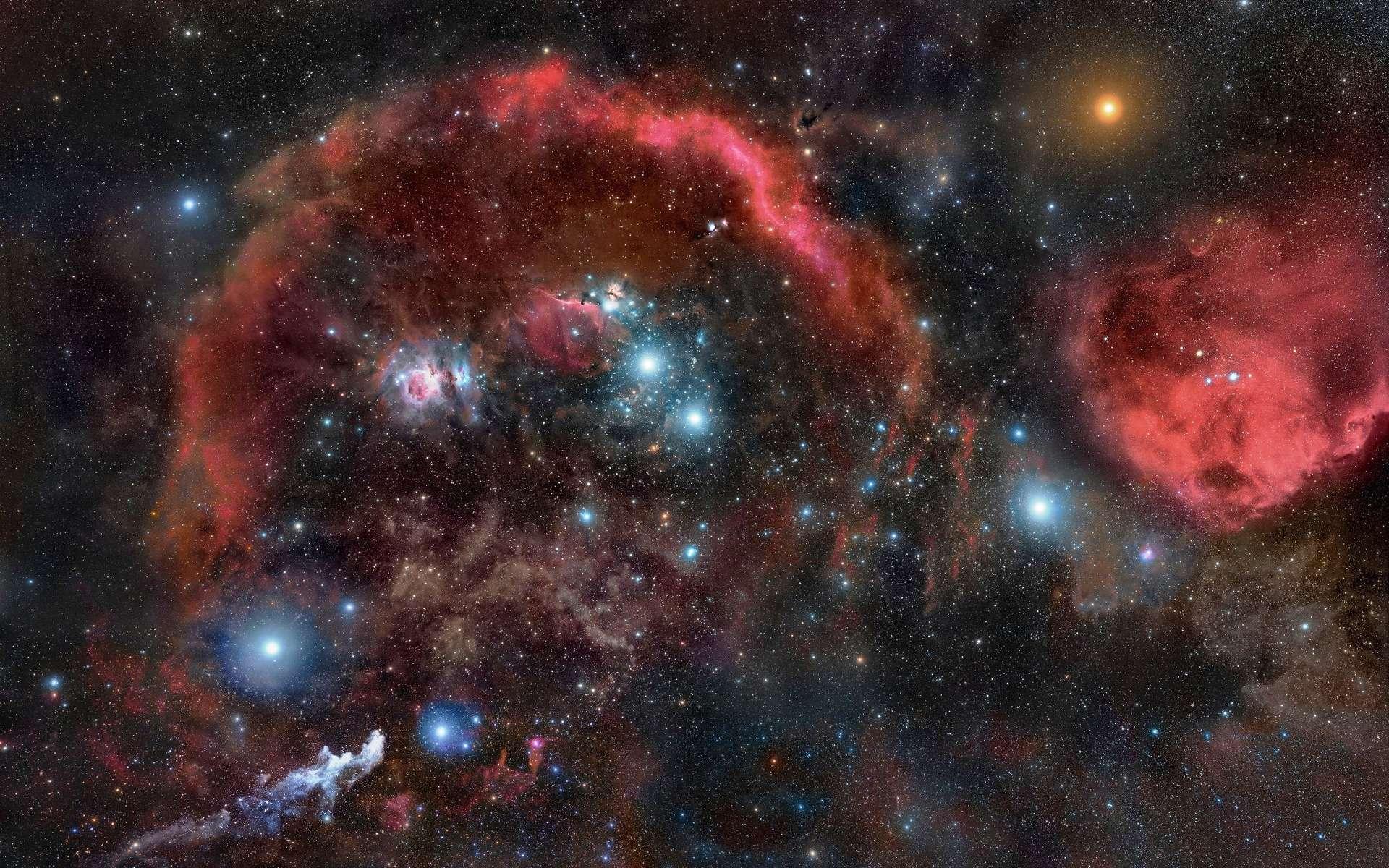 Le nuage moléculaire complexe d'Orion est aussi appelé le complexe d'Orion car il contient en fait plusieurs nuages ainsi que d'autres objets. Situé dans la constellation d'Orion, on le confond parfois avec plusieurs de ces composantes en particulier M42, la nébuleuse d'Orion. D'autres composantes de ces nuages sont ainsi célèbres comme la nébuleuse de la Tête de Cheval et la nébuleuse de la Flamme (NGC 2024). © Rogelio Bernal Andreo, CC by-sa 3.0