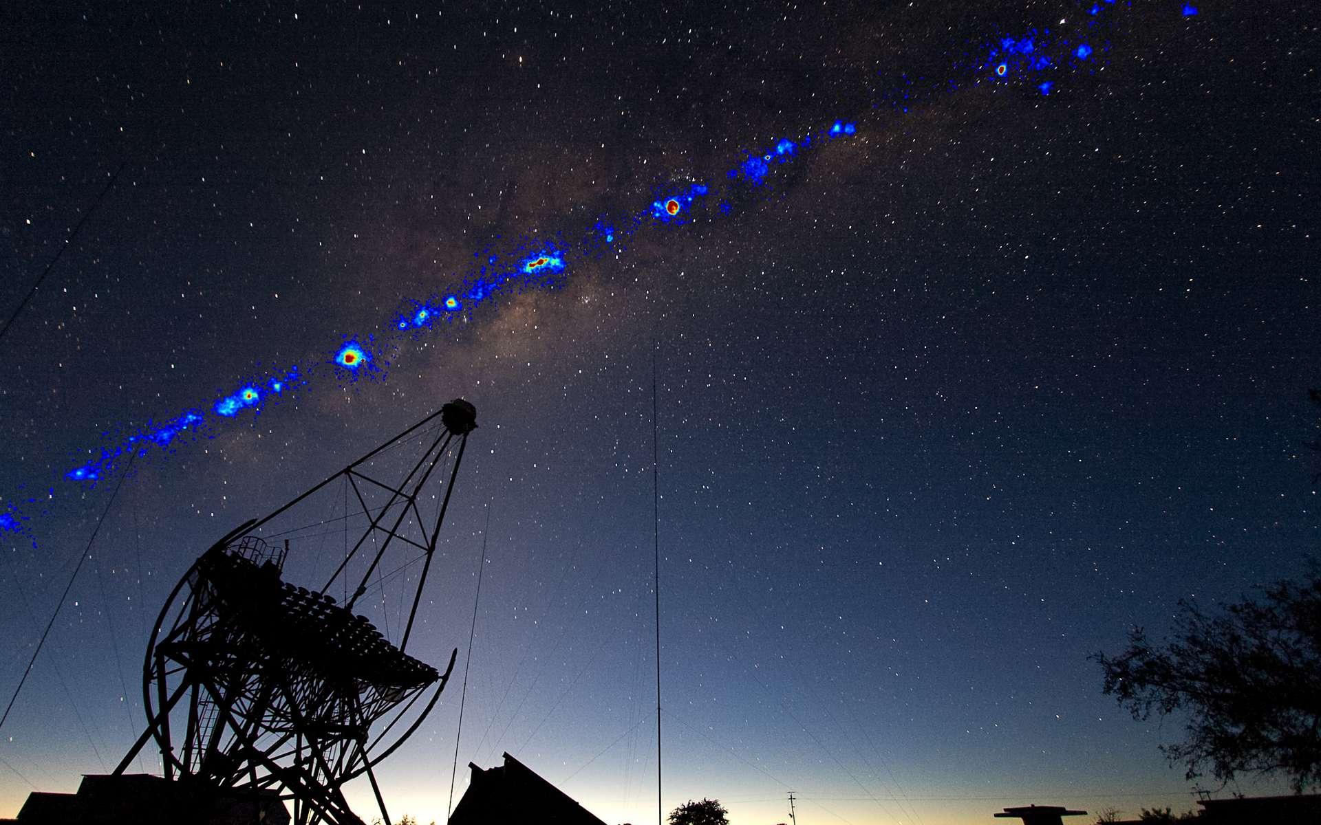 Vue du réseau de télescopes Hess en Namibie. L'acronyme Hess rappelle le nom du prix Nobel de physique de 1936, Victor Hess, qui a découvert les rayons cosmiques au début du XXe siècle (1912-1913). L'image est un montage d'une photographie de la Voie lactée prise de nuit en Namibie avec les sources de rayons gamma déduites du rayonnement Cherenkov observé par Hess. © Hess Collaboration, Fabio Acero et Henning Gast