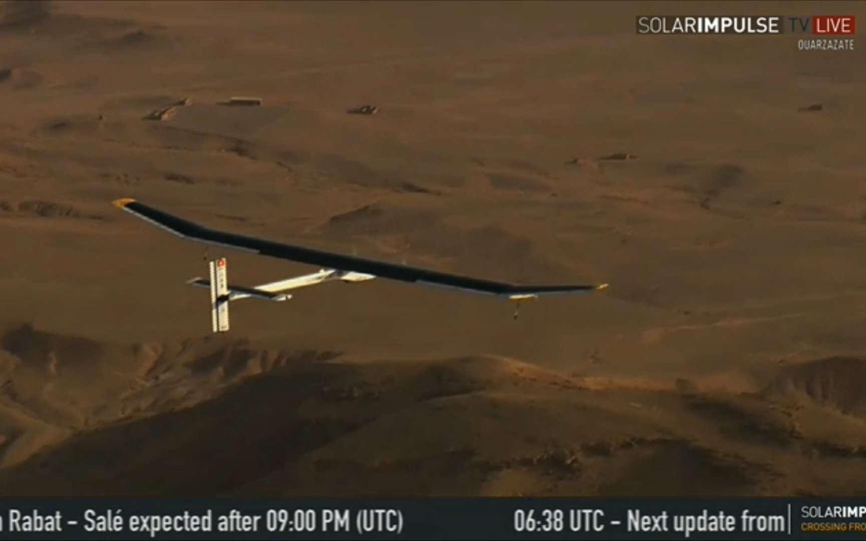 L'avion solaire HB-SIA, de Solar Impulse, aux mains d'André Borschberg, peu après son décollage de Ouarzazate. L'appareil, en route vers Rabat, est en train de monter pour franchir la chaîne de l'Atlas marocain. © Solar Impulse