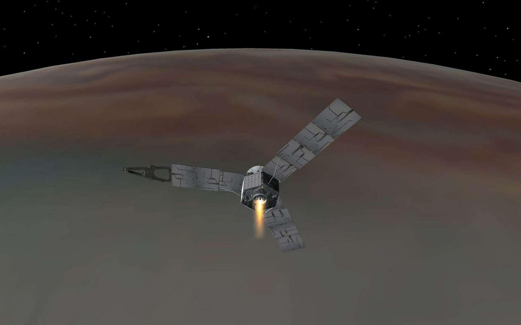 Illustration de Juno s'insérant en orbite polaire autour de Jupiter. Son moteur principal s'est allumé durant 35 minutes pour la faire ralentir et qu'elle soit capturée par le champ de gravité de la planète géante. © Nasa, JPL-Caltech