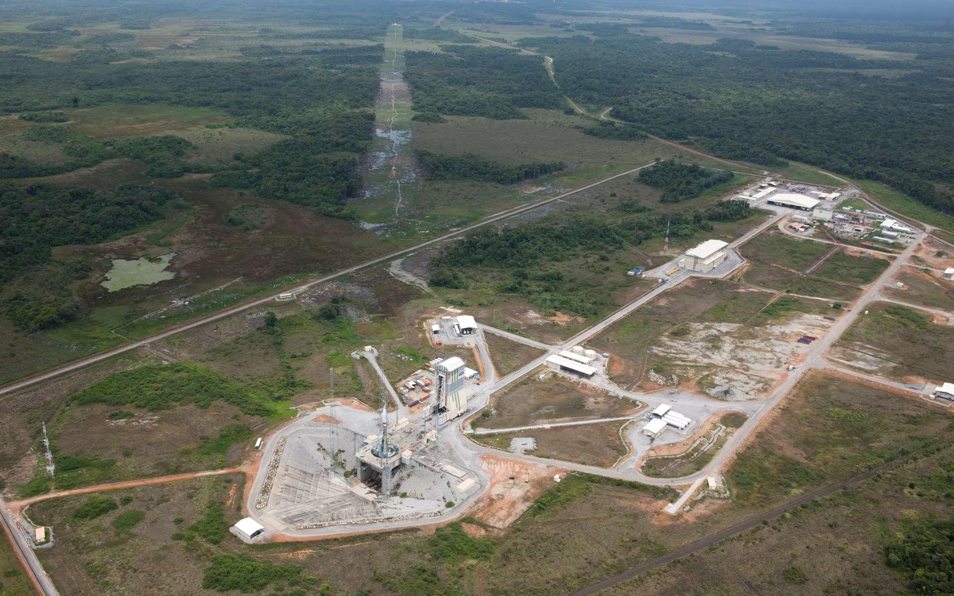 Vue aérienne des installations Soyouz du CSG. On distingue, dans le fond, les installations dédiées à Ariane 5. © Esa/S. Corvaja 2011