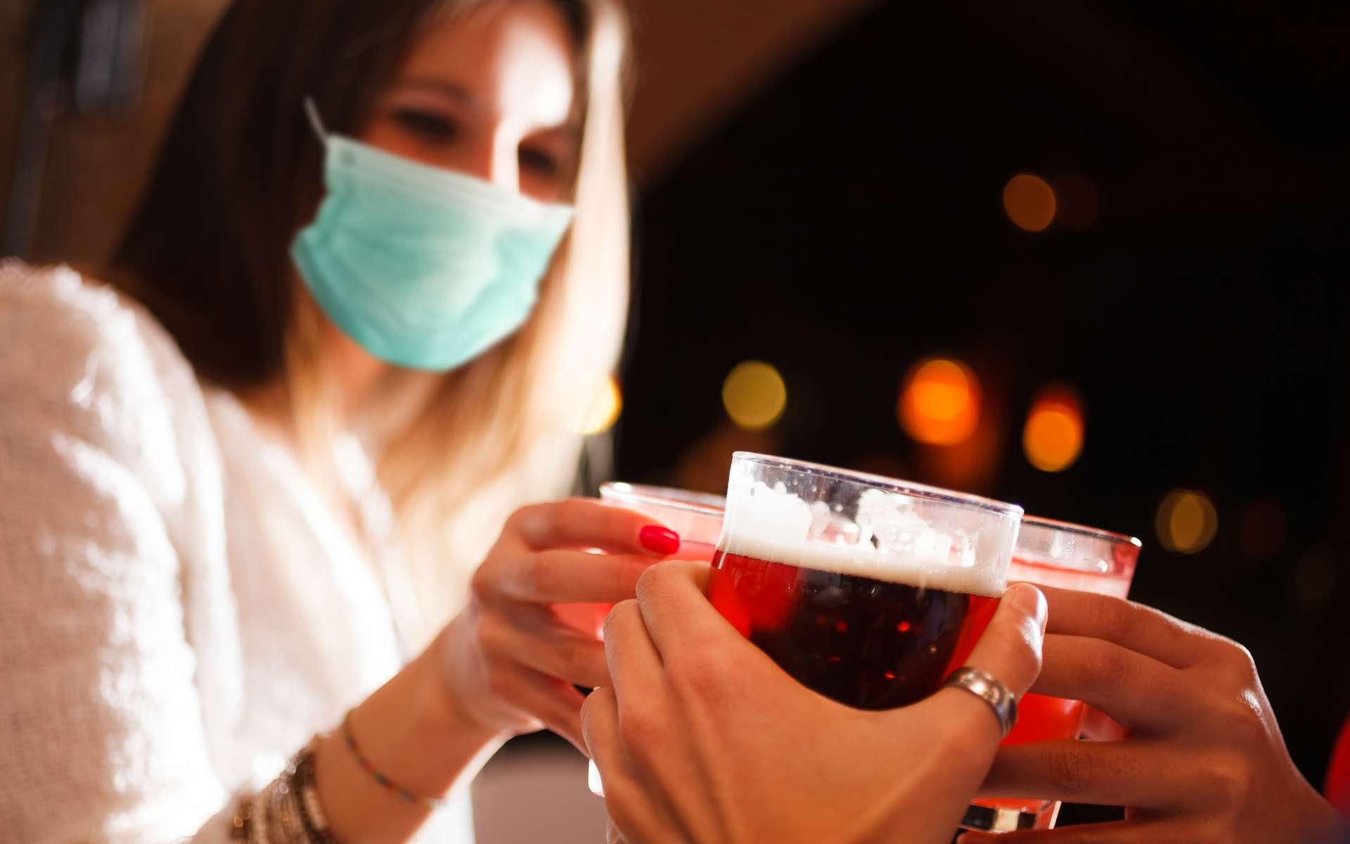 L'alcool aggrave la maladie et accroît le risque de transmission © Minerva Studio, Adobe Stock