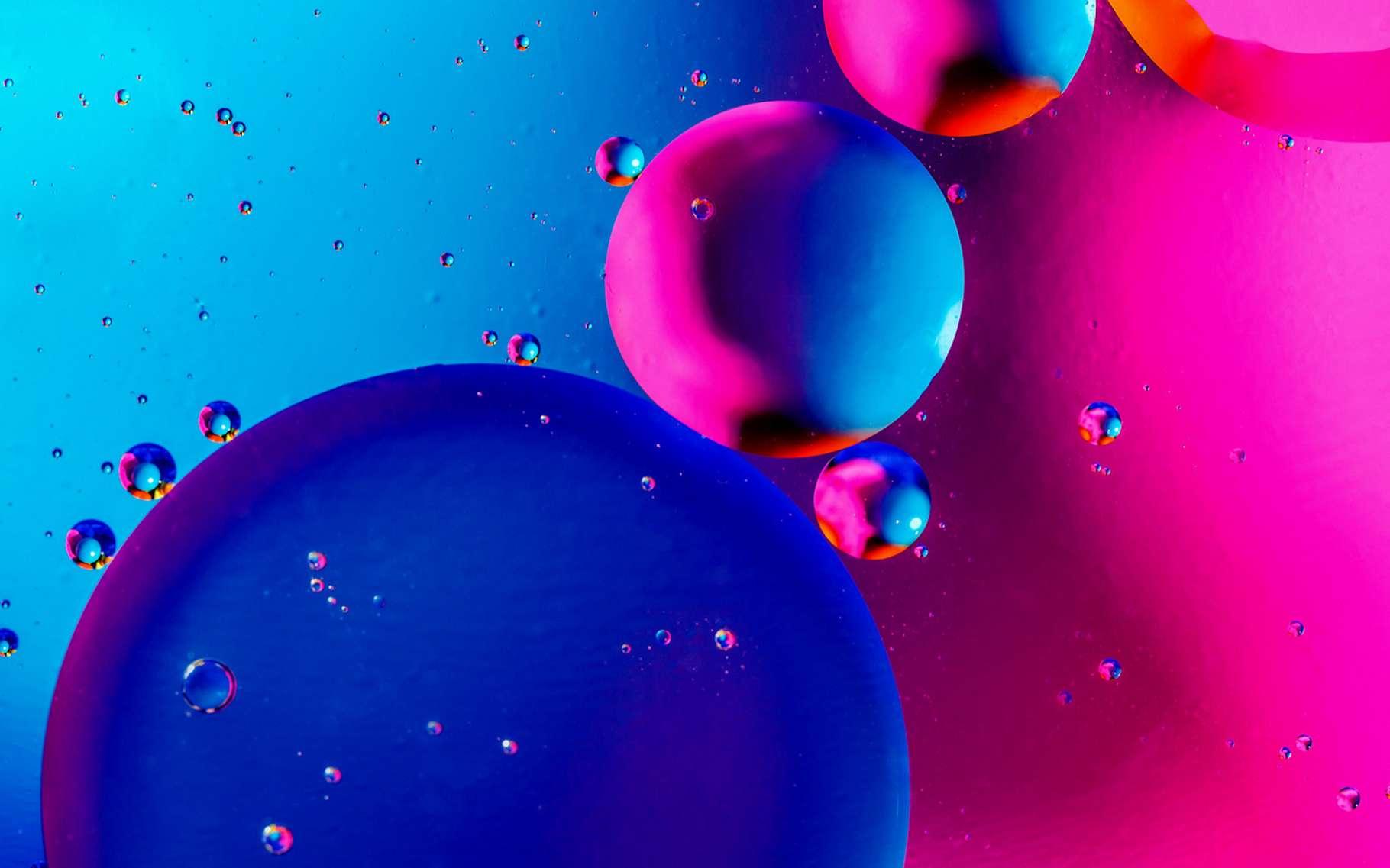 L'expérience de l'ascenseur à gouttes nous apprend à faire monter et descendre des gouttes de vinaigre colorées dans une éprouvette remplie d'huile. © Nikolay N. Antonov, Fotolia