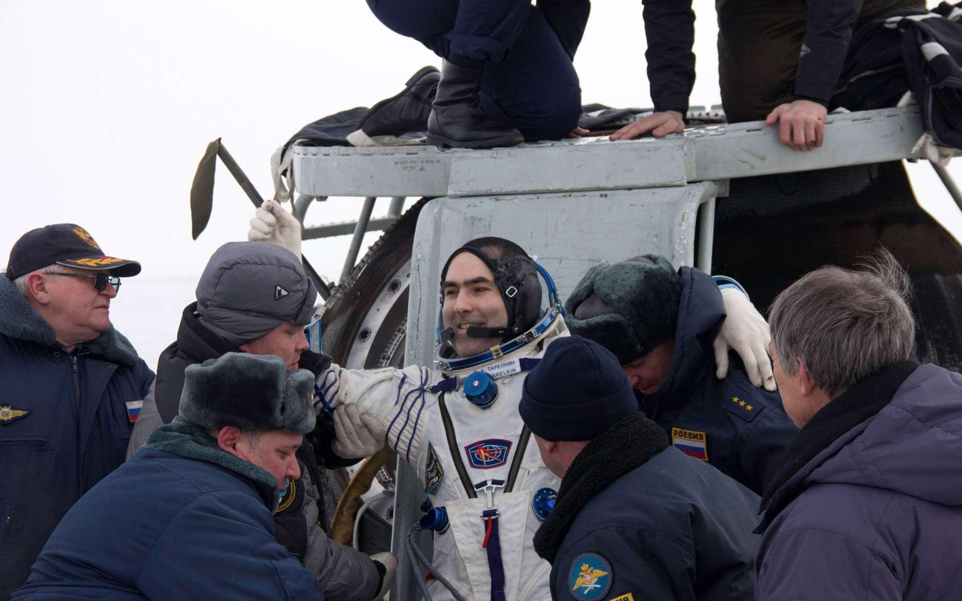 Le cosmonaute russe Evgeny Tarelkin extrait de la capsule Soyouz, quelques minutes après son atterrissage de retour d'orbite. Il vient de passer plusieurs mois dans l'espace. © Sergey Vigovskiy