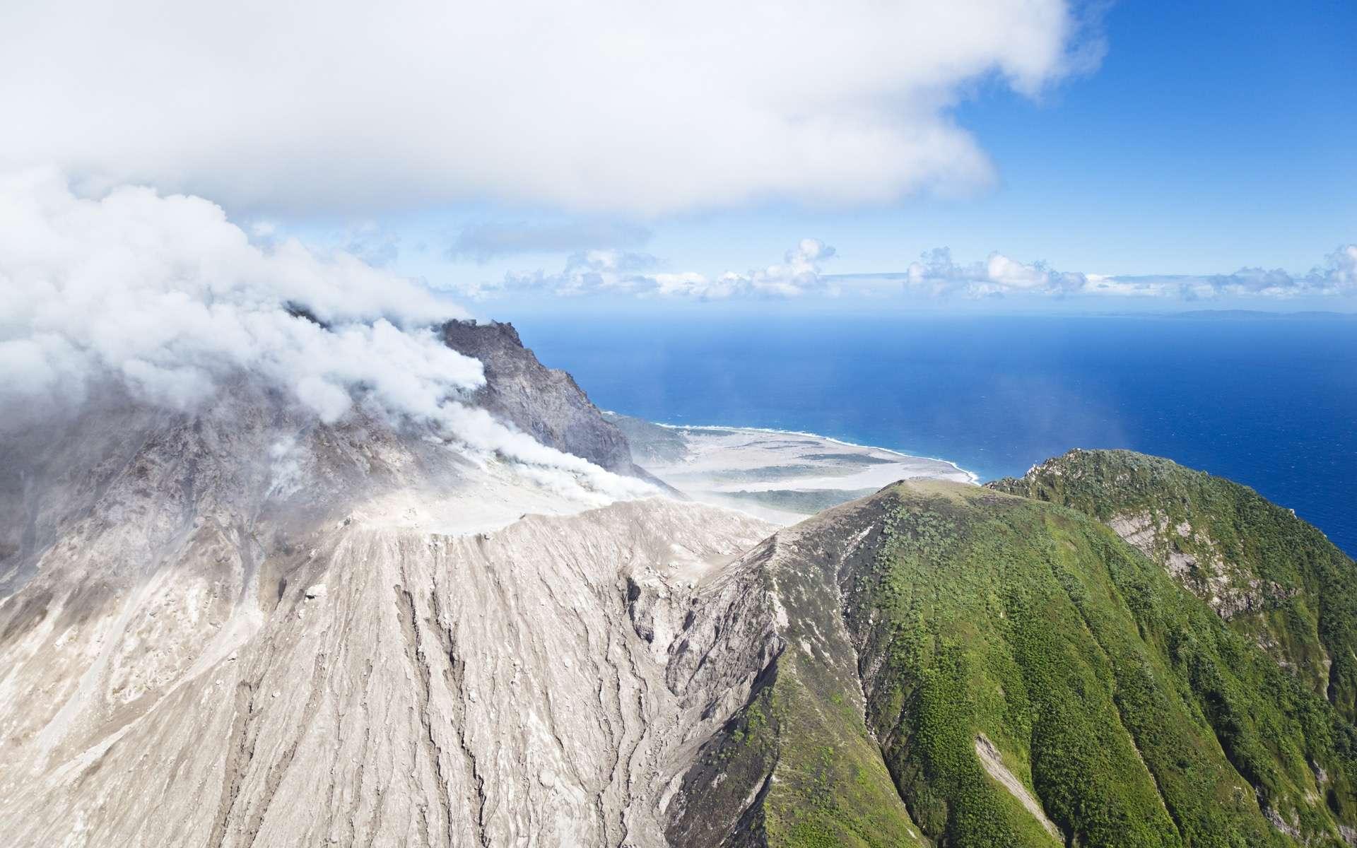 Les écoulements pyroclastiques lors des éruptions volcaniques génèrent des tsunamis. © IndustryAndTravel, Adobe Stock