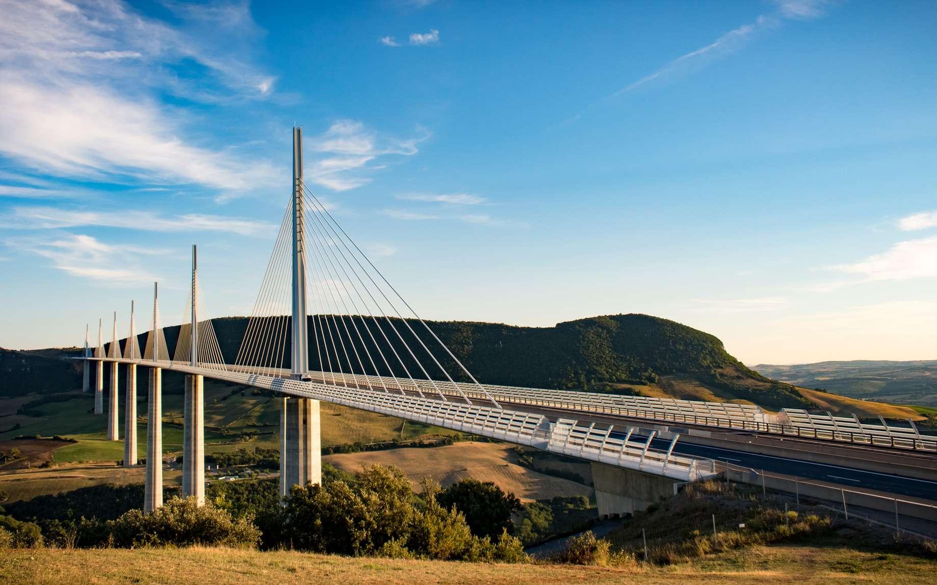 Durant quelques années, le viaduc de Millau détenait le titre du plus haut pont du monde. © FABIEN, Fotolia