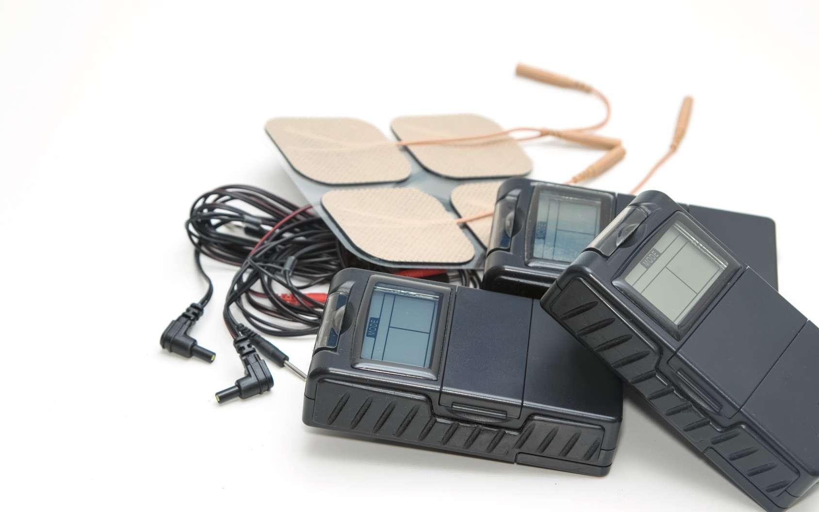 L'appareil comprend un boîtier, des câbles et des électrodes. © praisaeng, Fotolia