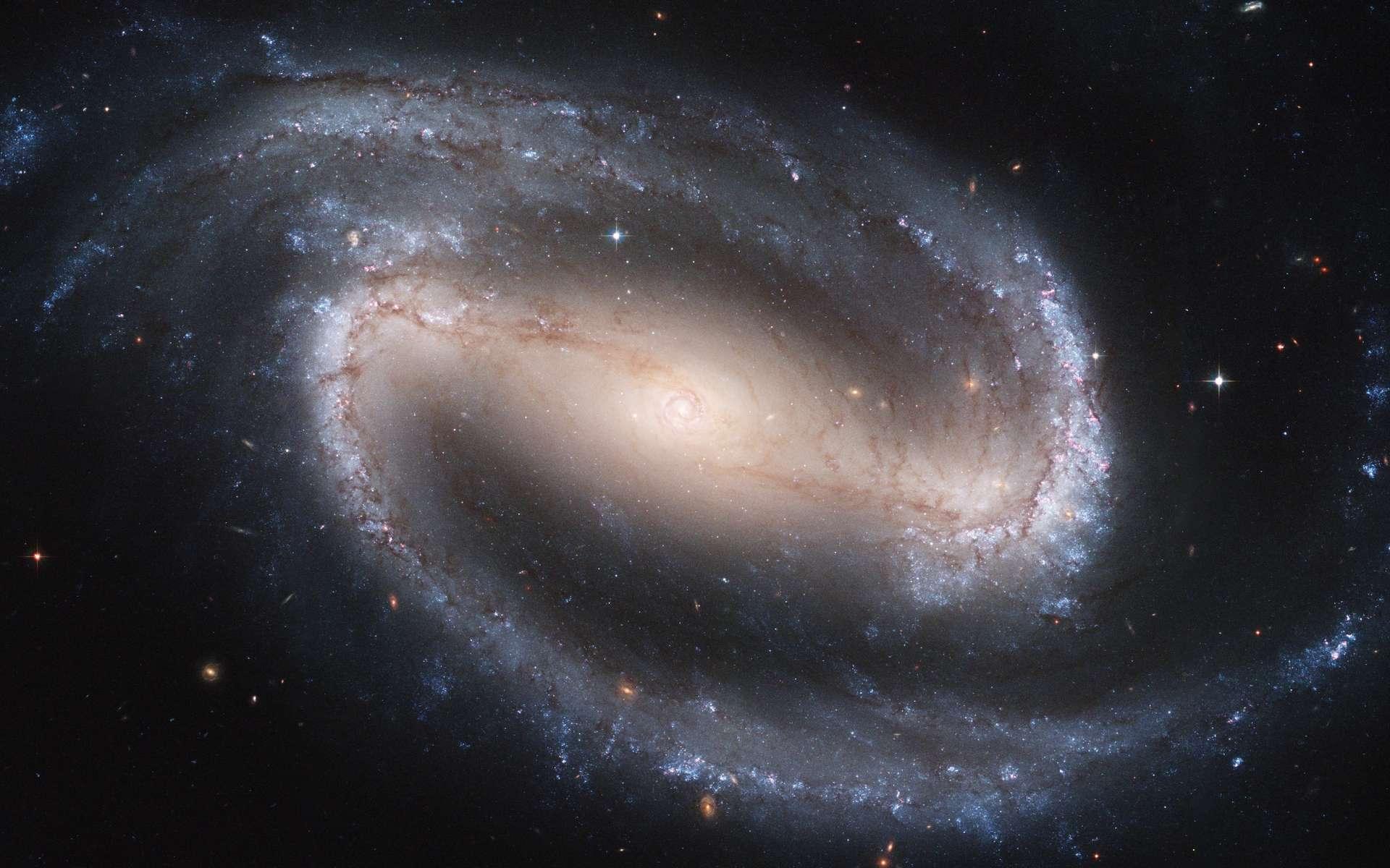 Une photo prise par le télescope spatial Hubble de NGC 1300. Cette galaxie spirale barrée est située à 69 millions d'années-lumière de nous en direction de la constellation de l'Éridan. Elle fait partie de ces galaxies possédant une grande barre centrale. Celle-ci contient une spirale de 3.300 années-lumière. © Wikipédia, DP