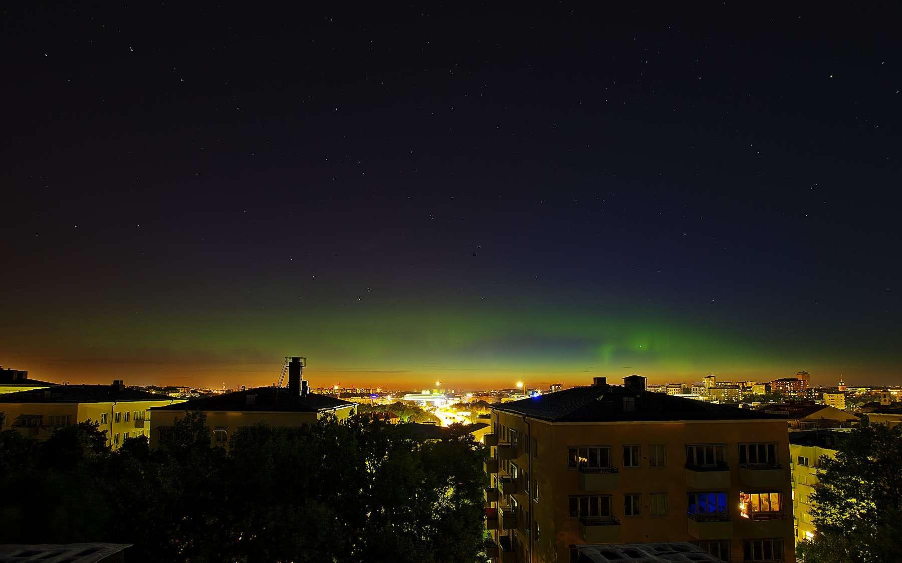 Les lueurs boréales au-dessus de Stockholm (Suède), le 5 août à 1 h 36 (heure locale, identique l'heure française), une image publiée sur le site Spaceweather. © Peter Rosén
