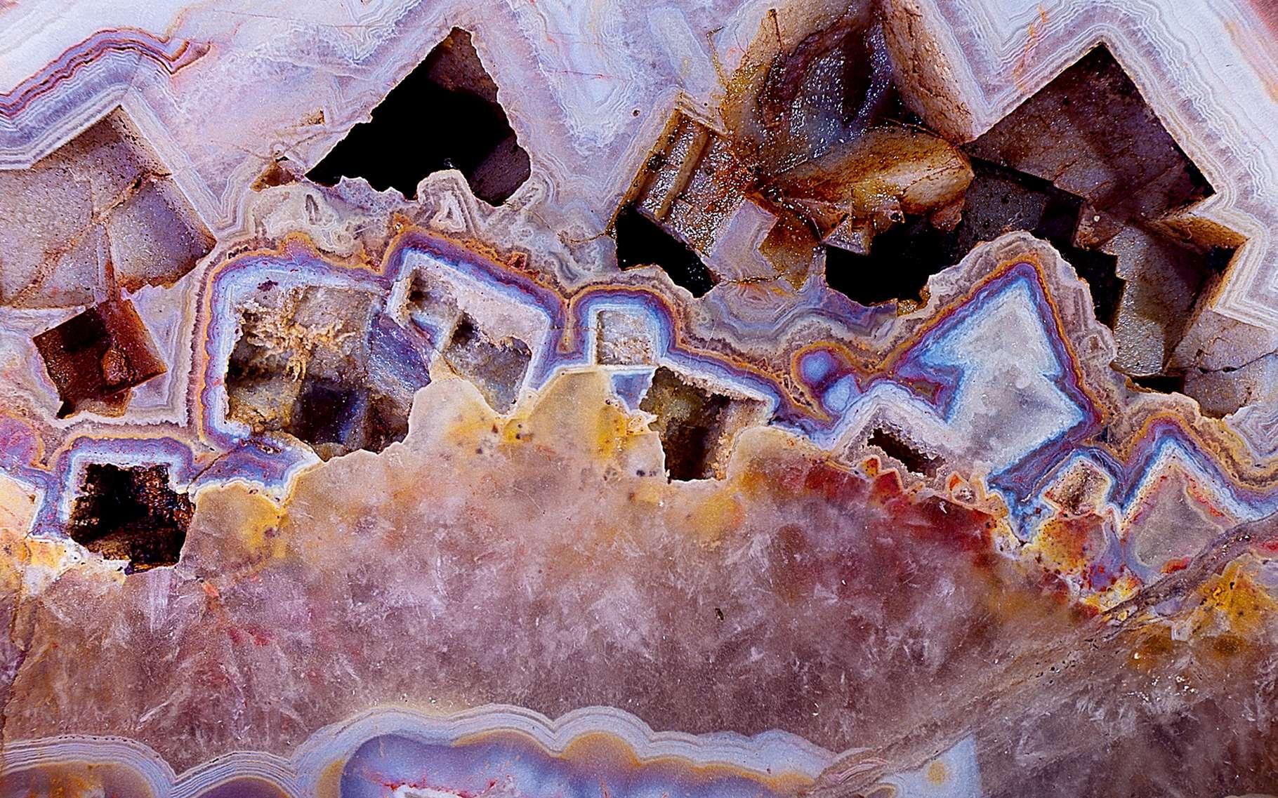 Couleur, transparence, dureté, phosphorescence..., apprenez les clés de l'identification des minéraux. © Dunod, DR