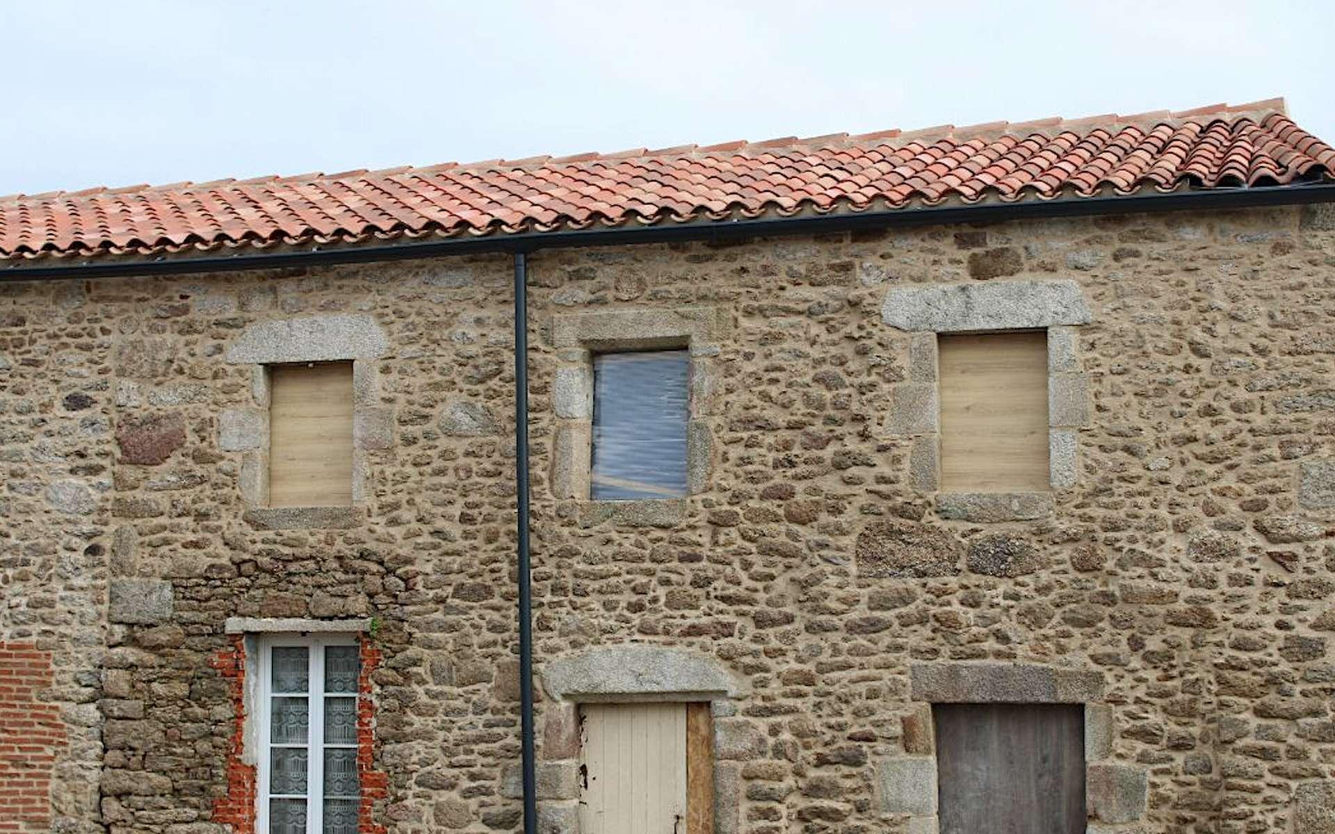 Mur gouttereau en pierre, chantier de rénovation d'une longère d'habitation sise près de la ville des Herbiers, au cœur de la Vendée © Nicoll