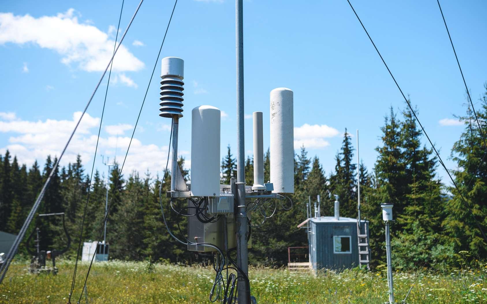 Travaillant généralement pour une station météo, le météorologue s'aide de multiples outils de calcul et de mesure pour analyser et étudier les données atmosphériques. © photographmd, Fotolia.