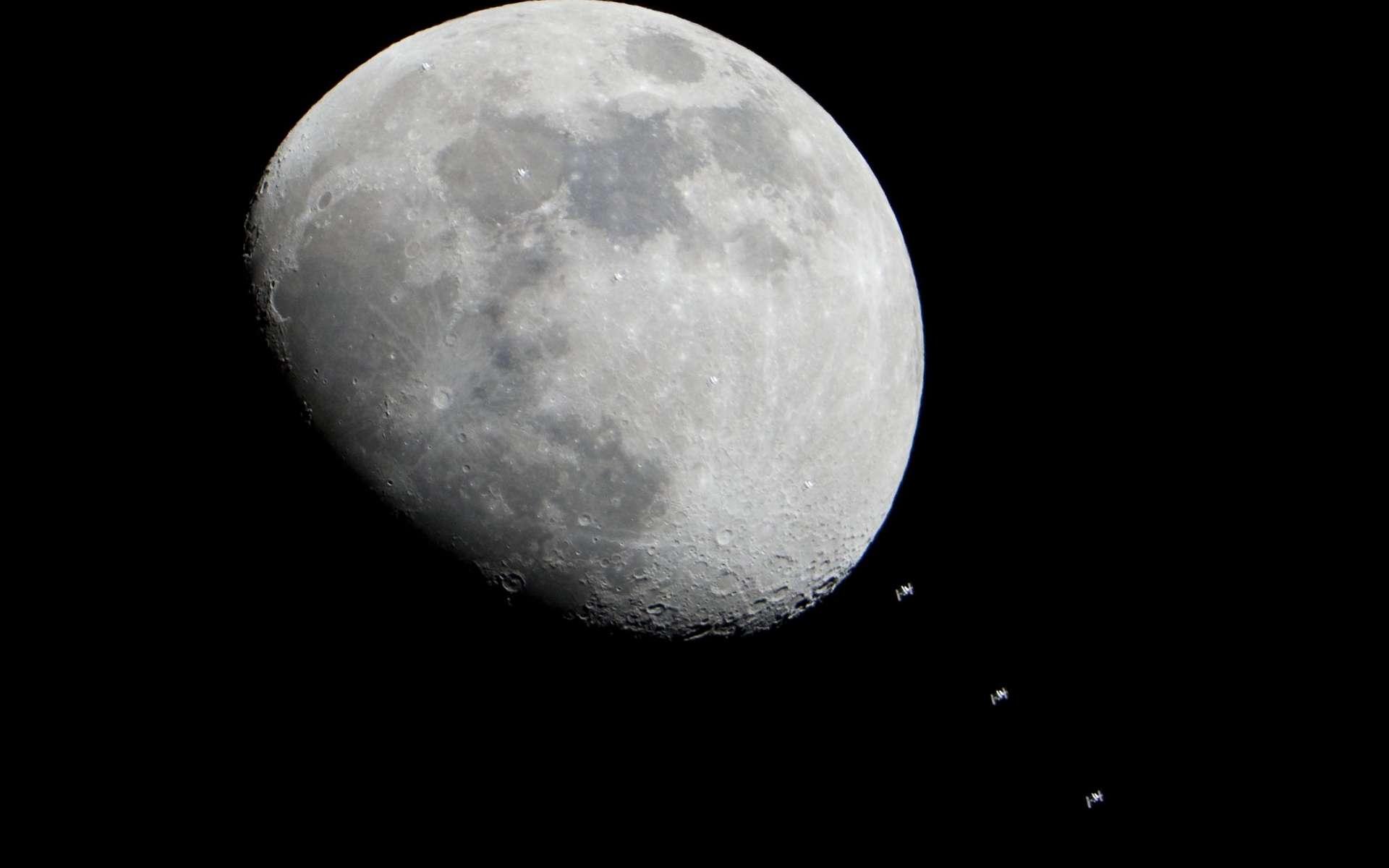 Image composite du passage de l'ISS devant la Lune le 4 janvier 2011. Chaque cliché a été pris à une vitesse de 1/1.600e de seconde avec une focale de 1.200 millimètres. © Nasa