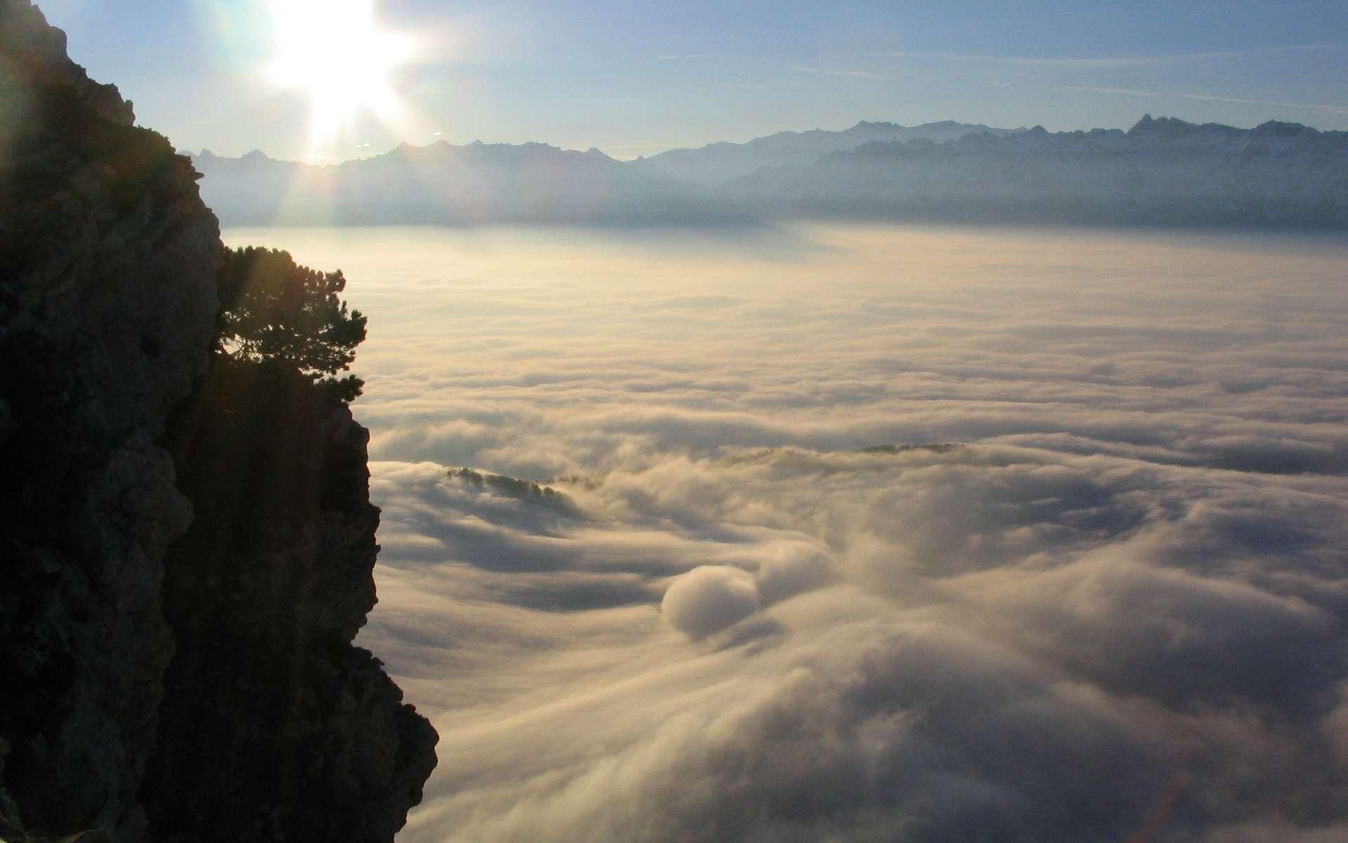 Les nuages existent sous de nombreuses forment et naissent à différentes altitudes. Si bien qu'en montagne, on pourrait parfois se croire à la mer, tant les nuages bas donnent l'impression d'une immensité blanche homogène. © Seblino, camptocamp.org, cc by sa 3.0