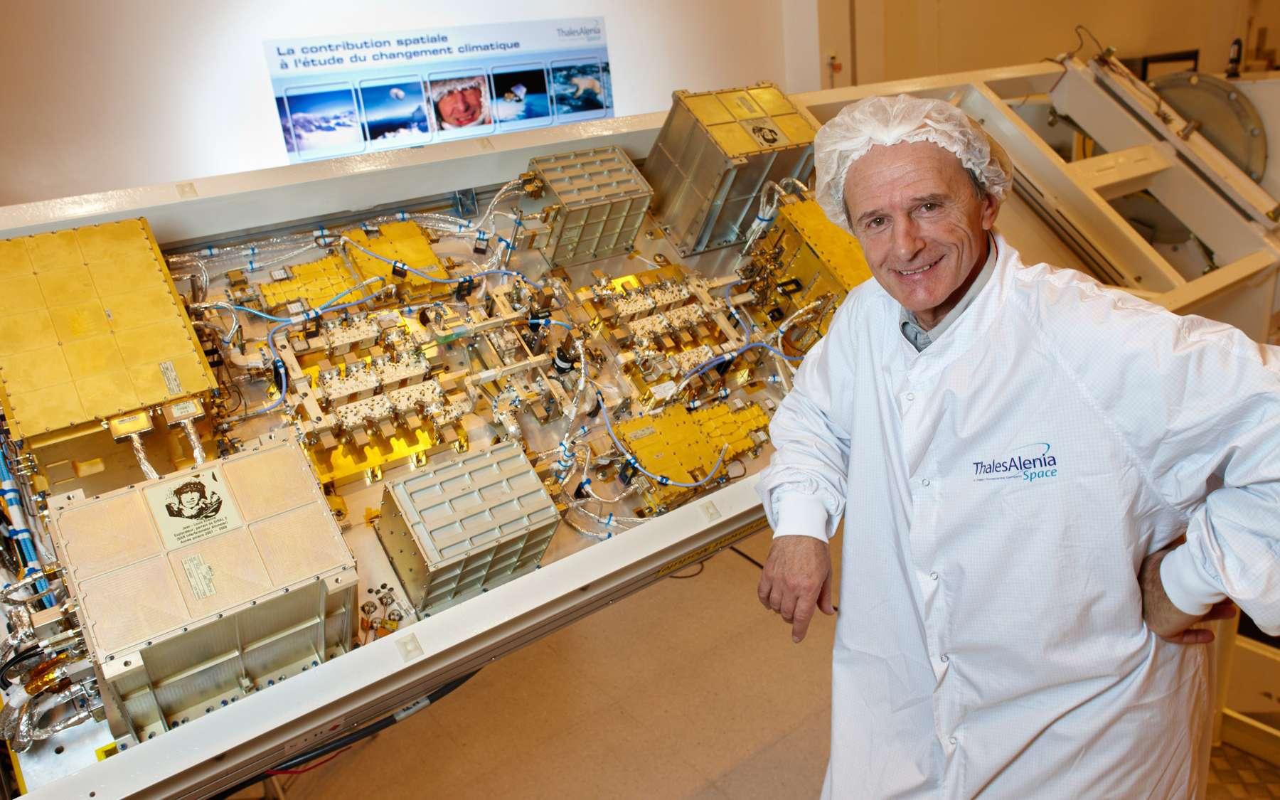 Jean-Louis Etienne pose devant l'altimètre Siral-2 dont il est le parrain. Cet altimètre, dédié à la surveillance des couches de glaces, est l'instrument principal du satellite CryoSat-2.
