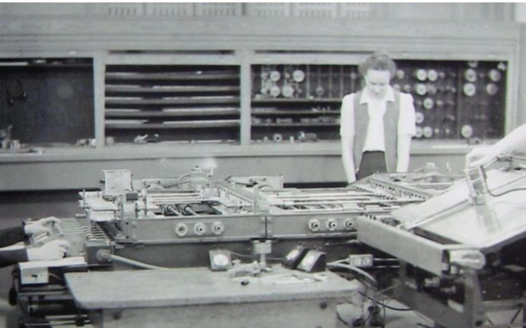 Dans la seconde moitié du XXe siècle, les femmes investissent les métiers jusque-là très masculins, dans le domaine des sciences et de la technique notamment. L'informatique en fait partie mais elle diverge à partir des années 1980, quand les femmes s'intéressent moins cette discipline, en particulier la programmation. © DR