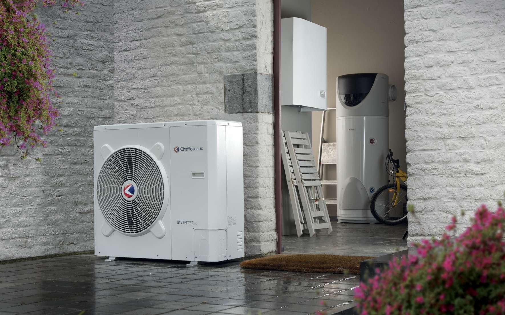 PAC air/eau Inverter installée en relève de chaudière et associée à un module hydraulique. Cop de 3,06 à 3,27 pour une plage de température de -7 à +35 °C. EER de 4,56 à 5,35 entre 35 et 18 °C. © Chaffoteaux « Arianex Plus S »