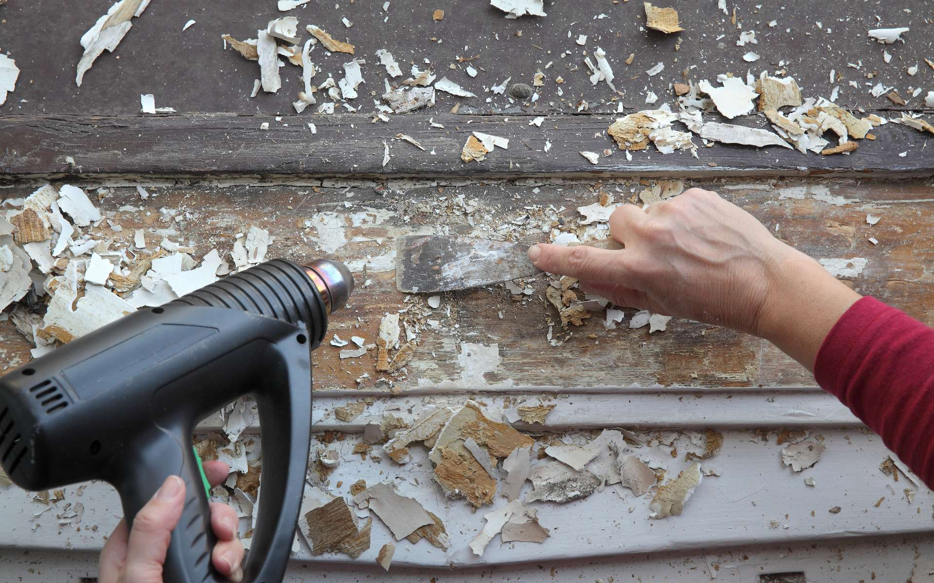 Pour décaper d'anciens volets ou une porte en bois, utiliser un décapeur thermique permet de venir à bout des différentes couches de peinture qui ont pu être appliquées. Équipé de buse, il assure un travail parfait. © Simin Zoran