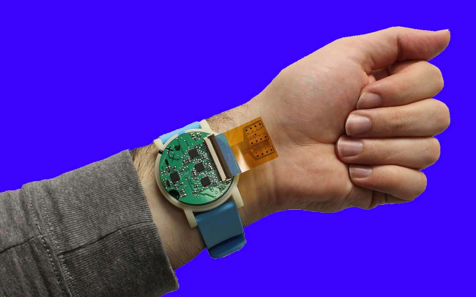 Cet accessoire ressemblant à une montre enferme l'équivalent de quatre appareils de mesures électrochimiques. © Murat Yokus, NC State University