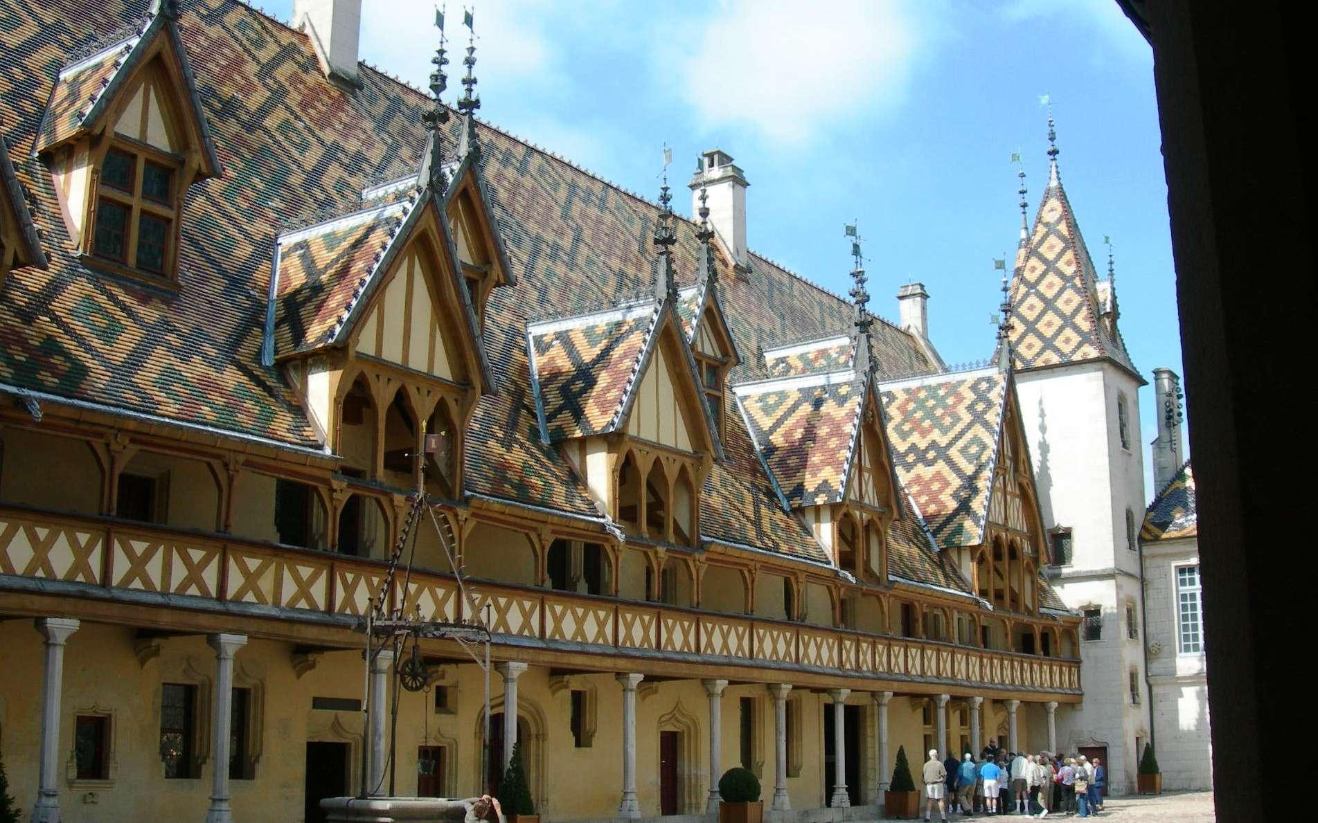 La toiture recouvre les toits, parfois en y ajoutant une touche décorative. © Jan Sokol, CC BY-SA 3.0, Wikimedia Commons