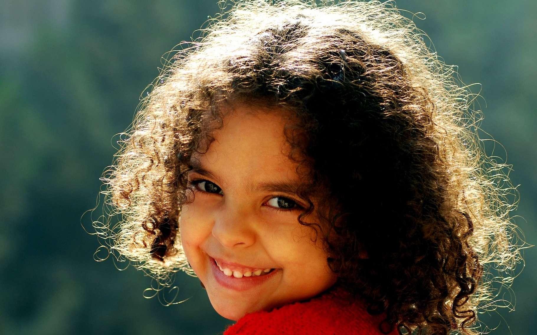 Les cheveux frisés, c'est une question de génétique. Mais aussi une question de liaisons chimiques. © islam102, Pixabay License