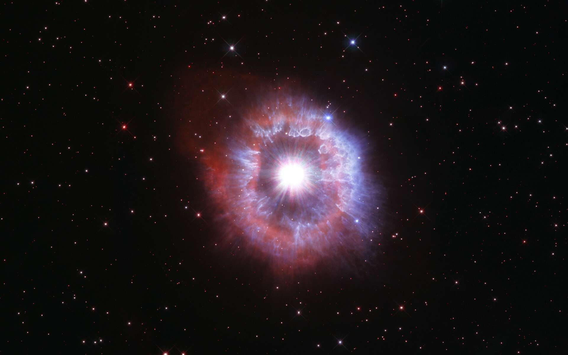 Pour célébrer le 31e anniversaire du lancement du télescope spatial Hubble, les astronomes ont dirigé le célèbre observatoire vers l'une des étoiles les plus brillantes de notre Galaxie pour capturer sa beauté. L'étoile géante présentée dans cette dernière image d'anniversaire du télescope spatial Hubble mène un bras de fer entre la gravité et le rayonnement pour éviter l'autodestruction. L'étoile, appelée AG Carinae, est entourée d'une coquille en expansion de gaz et de poussières. La nébuleuse mesure environ cinq années-lumière de large, ce qui équivaut à la distance d'ici à notre étoile la plus proche, Proxima du Centaure. © Nasa, ESA and STScI