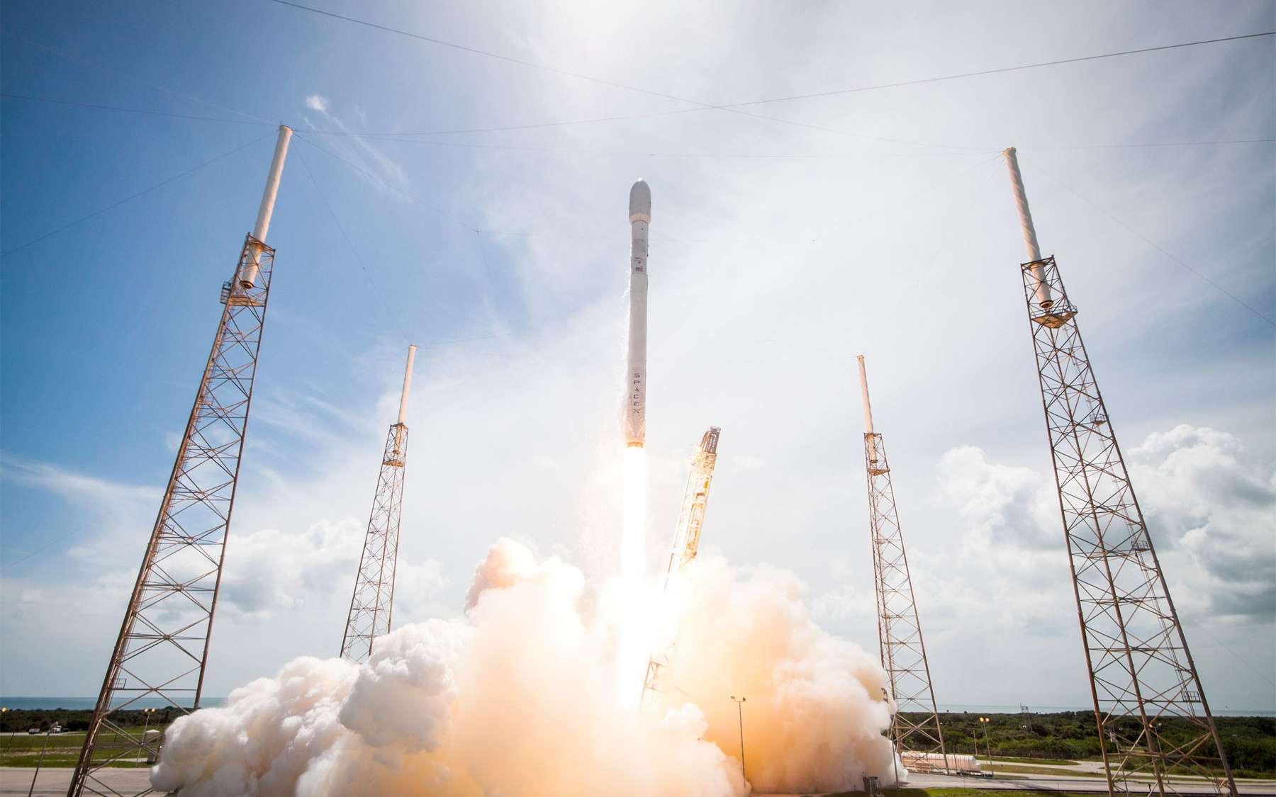Le Falcon 9 v1.1 au décollage, sur le pas de tir SLC-40 de Cap Canaveral. © SpaceX