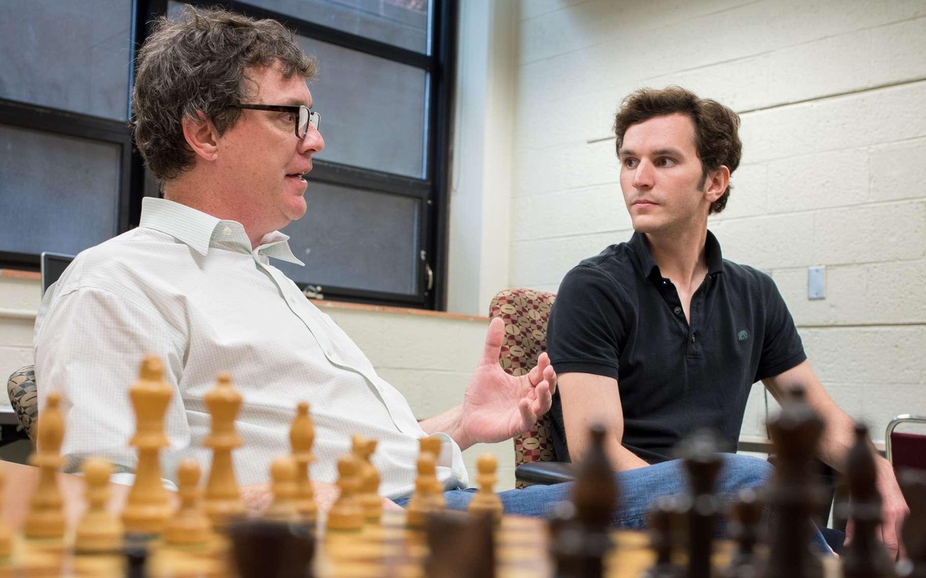Zach Hambrick, à gauche, discute avec le jeune chercheur Alexander Burgoyne devant un plateau d'échecs. Pour eux, le talent à ce jeu ne peut pas venir seulement de l'entraînement. Il faut être intelligent. © G.L. Kohuth, Michigan State University