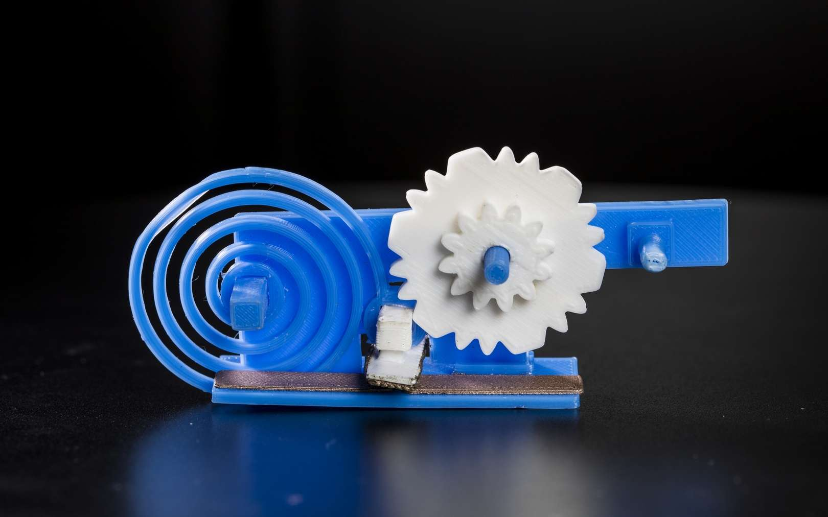 Des objets en plastique fabriqués par impression 3D peuvent se connecter au Wi-Fi. Voici le mécanisme en plastique actionnant l'interrupteur qui se connecte et se déconnecte de l'antenne intégrée pour induire un changement dans la réflexion des ondes. © Mark Stone, University of Washington