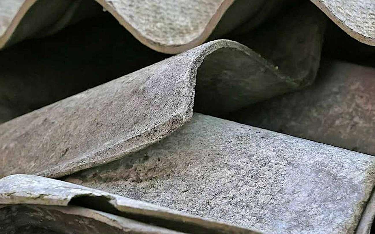 Plaques ondulées en fibrociment lors d'une opération de collecte d'amiante réalisée en 2020 à la demande des usagers des communes de Pouilly-en-Aixois et Bligny-sur-Ouche. © Communauté de communes Pouilly-Bligny
