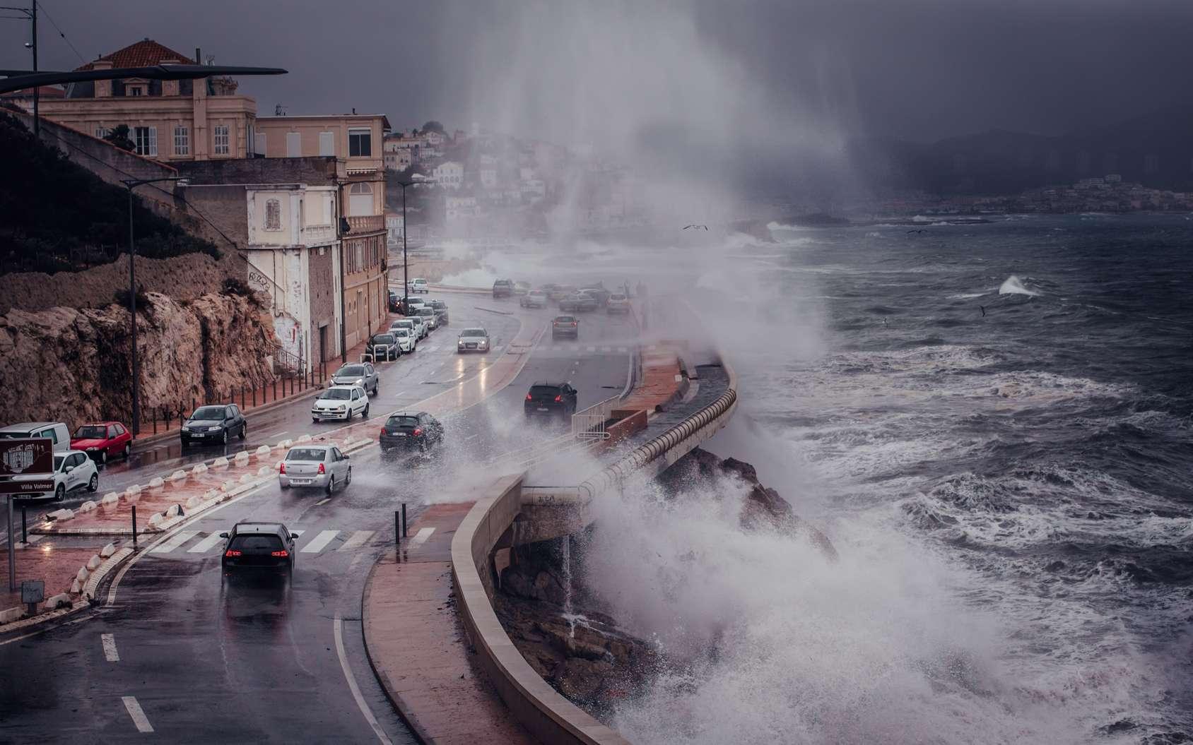 Une tempête génère toujours des vents violents qui amènent avec eux de grandes quantités de précipitations et causent parfois d'importants dégâts. © Studio M, fotolia