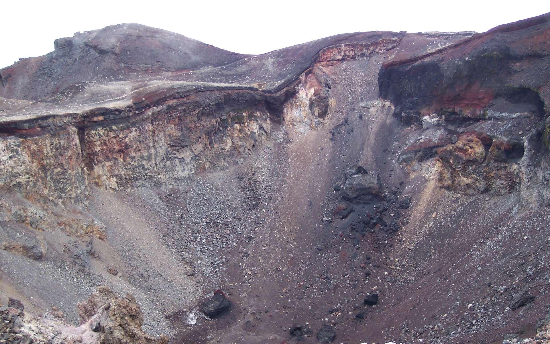 Une vue de l'intérieur du cratère principal du mont Fuji. C'est un stratovolcan toujours considéré comme actif puisque sa dernière éruption date de 1707. © Wikipédia-Nicky Pallas de Mamaroneck