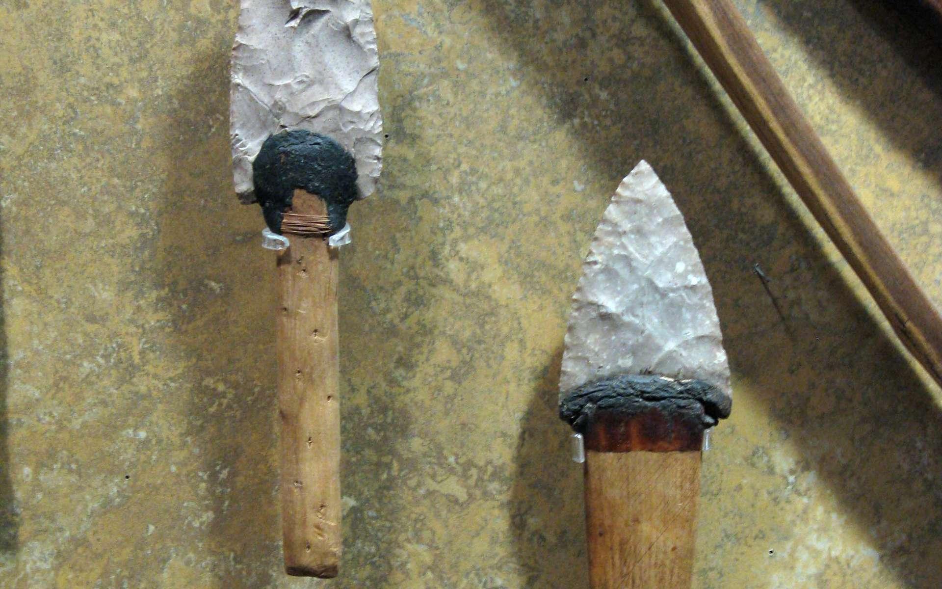 Le mastic est une pâte qui permet de faire adhérer des objets entre eux. Ici, il sert à relier la poignée du couteau à la lame. © Travis S., CC BY-NC 2.0, FlickR