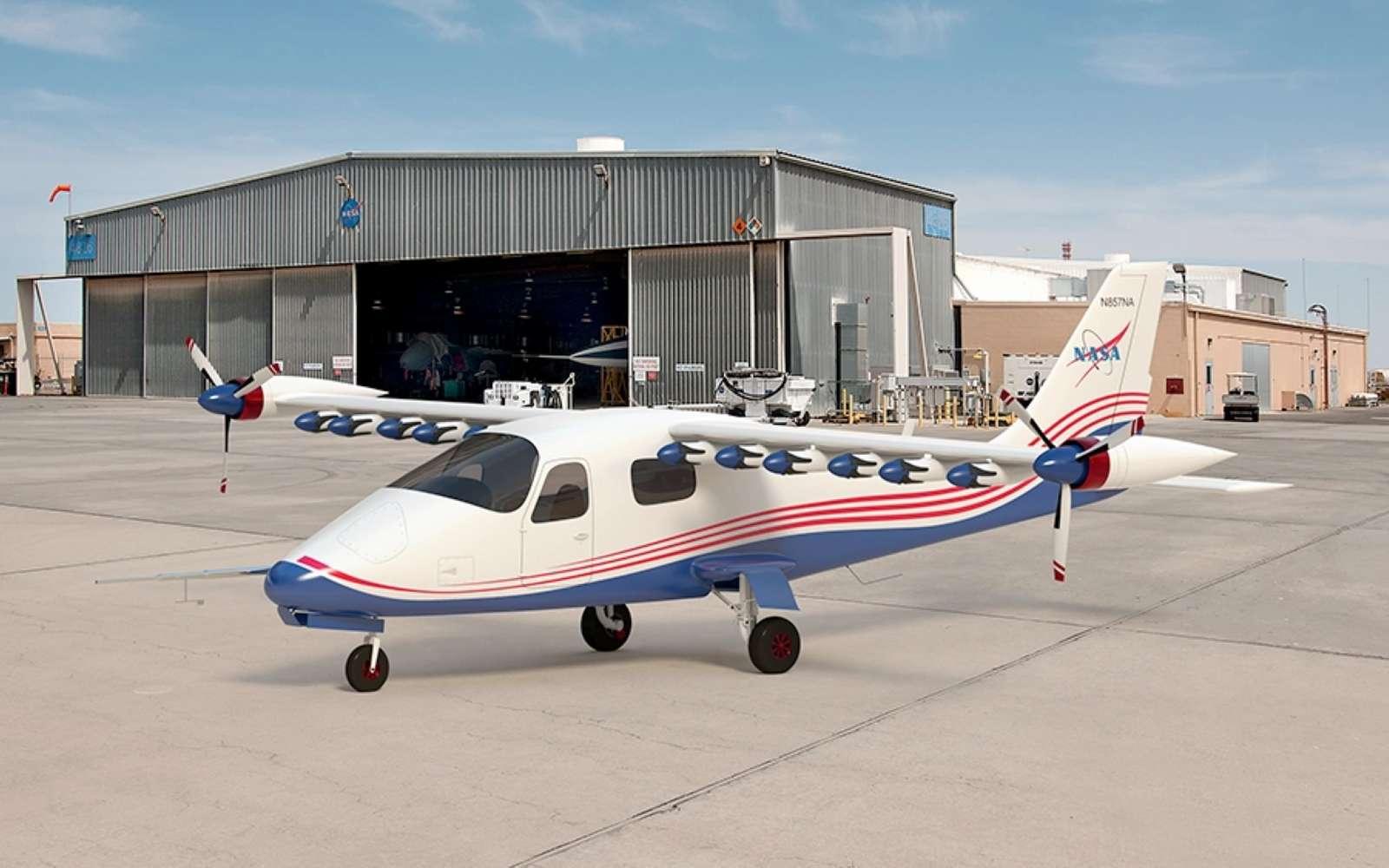 Le X-57 Maxwell est basé sur une cellule de Tecnam P2006T à moteurs thermique. La Nasa a modifié l'aile et remplacé la motorisation par 14 rotors électriques. © Nasa