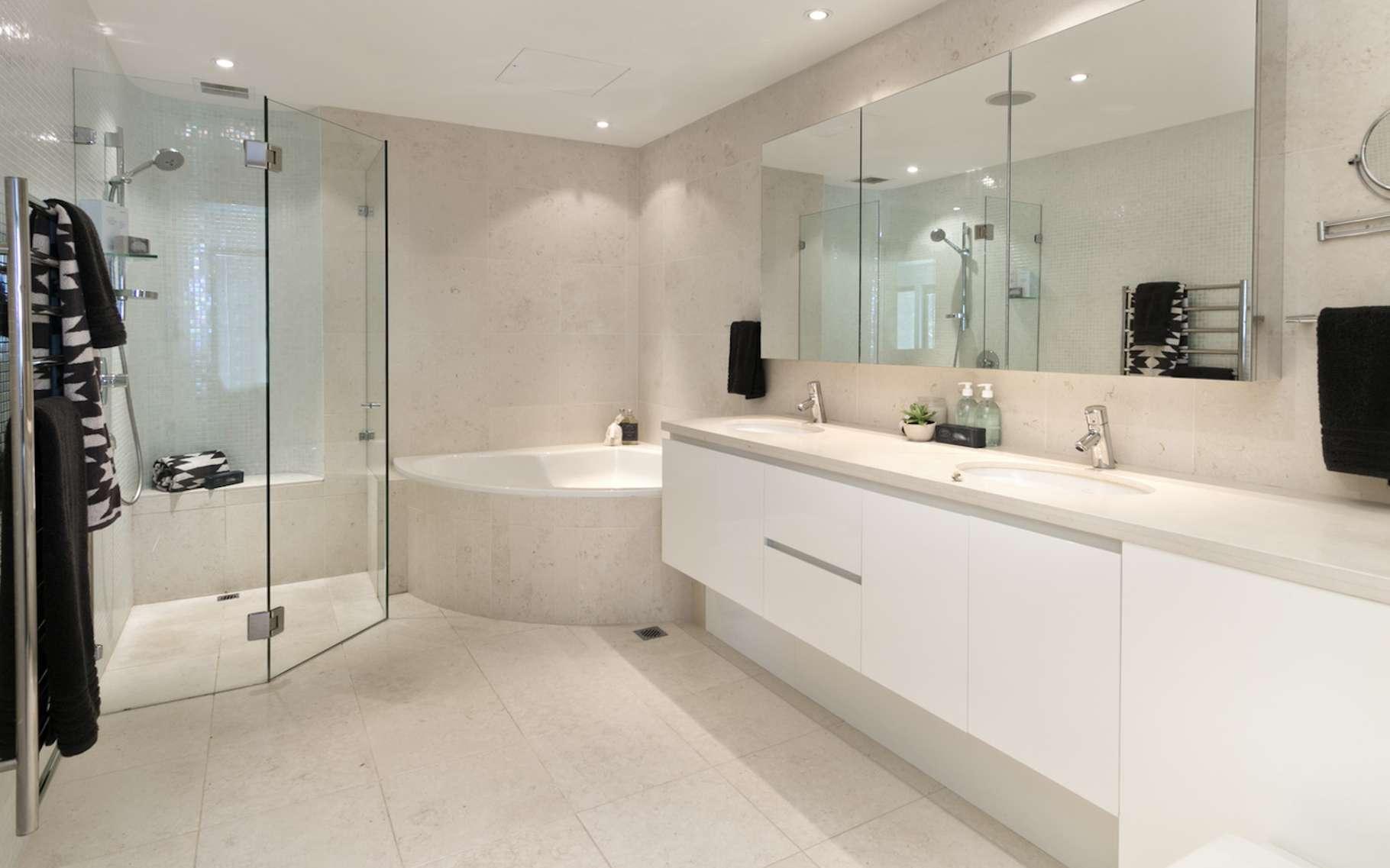 Le Hips, ou polystyrène-choc, est un polymère que l'on retrouve par exemple, dans les salles de bain (tablier de baignoire, parois de douche, articles sanitaires divers, etc.). © yurmary, Fotolia