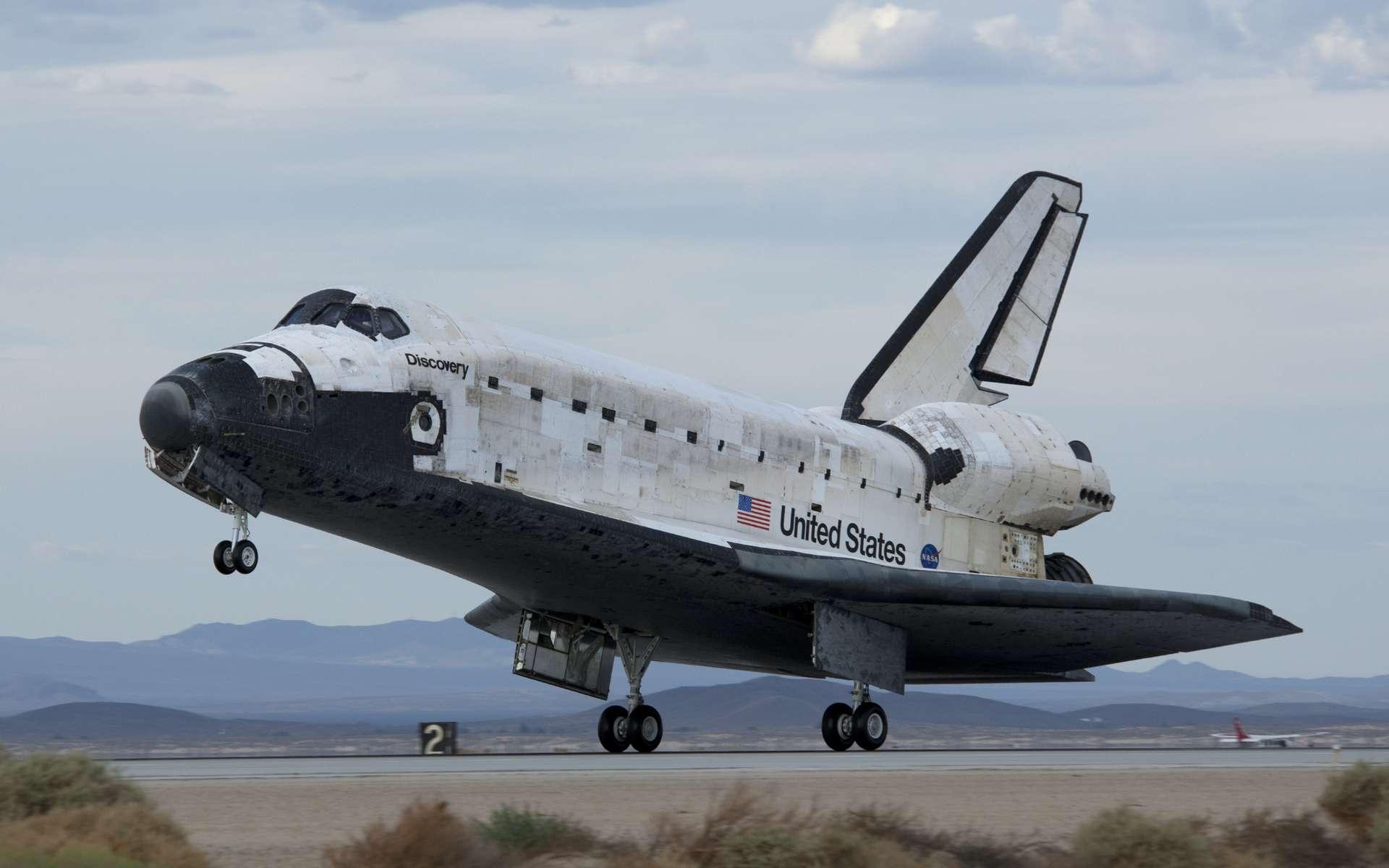 Discovery, qui termine la mission STS-128 se pose sur une piste de la base d'Edwards, en Californie, le samedi 12 septembre 2009 à 0 H 53 en Temps Universel. ©