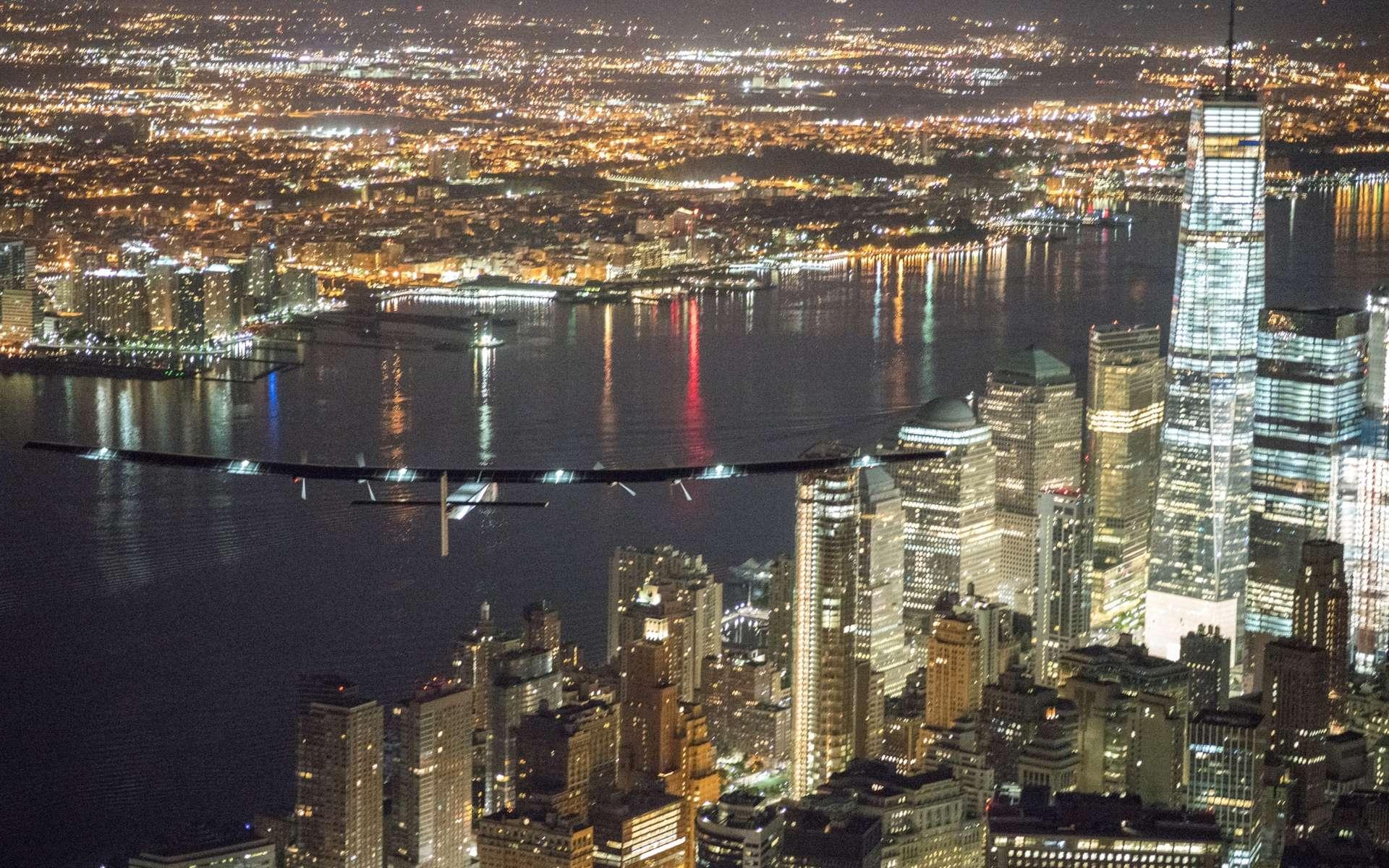 L'avion solaire de Solar Impulse le 11 juin dernier, au-dessus de Manhattan, à New York, pour la dernière étape de sa traversée des États-Unis. © Solar Impulse