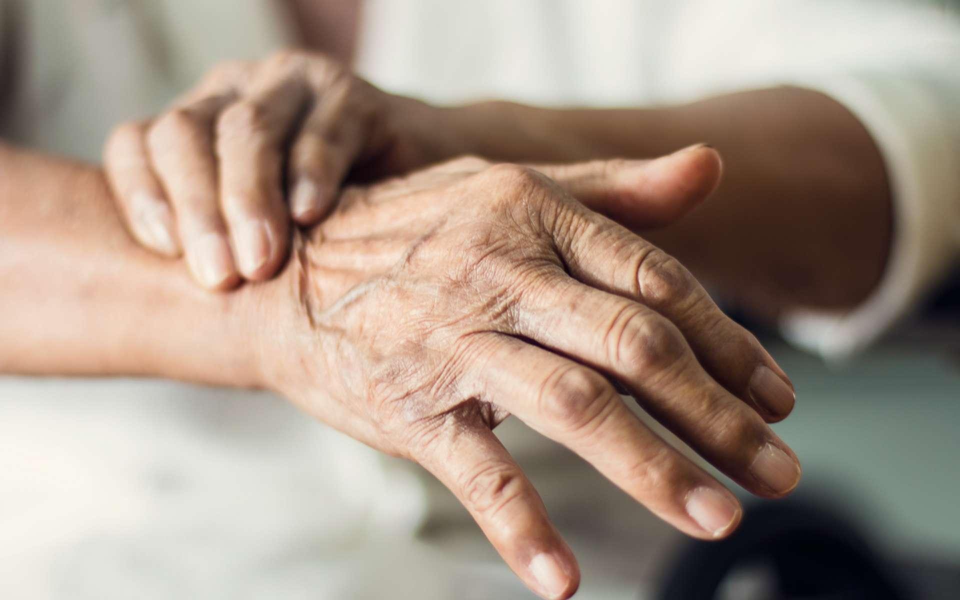 Les tremblements sont l'un des symptômes caractéristiques de la maladie de Parkinson. © Ipopba, Adobe Stock
