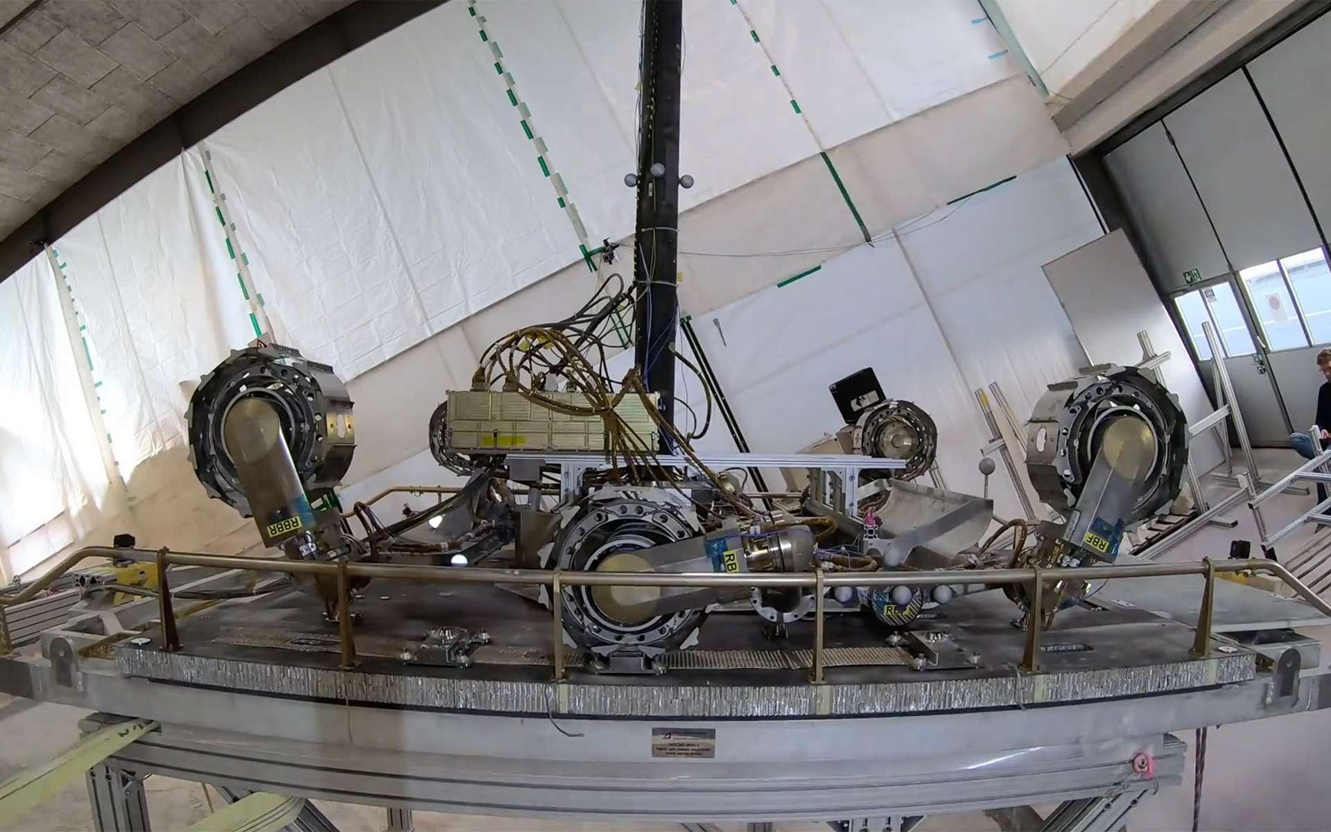 Modèle de test des roues du rover ExoMars Rosaline Franklin. Ce test a été réalisé à la vitesse réelle à laquelle le rover se relèvera sur Mars. Une vitesse très lente comme le montre cette vidéo... © Ruag