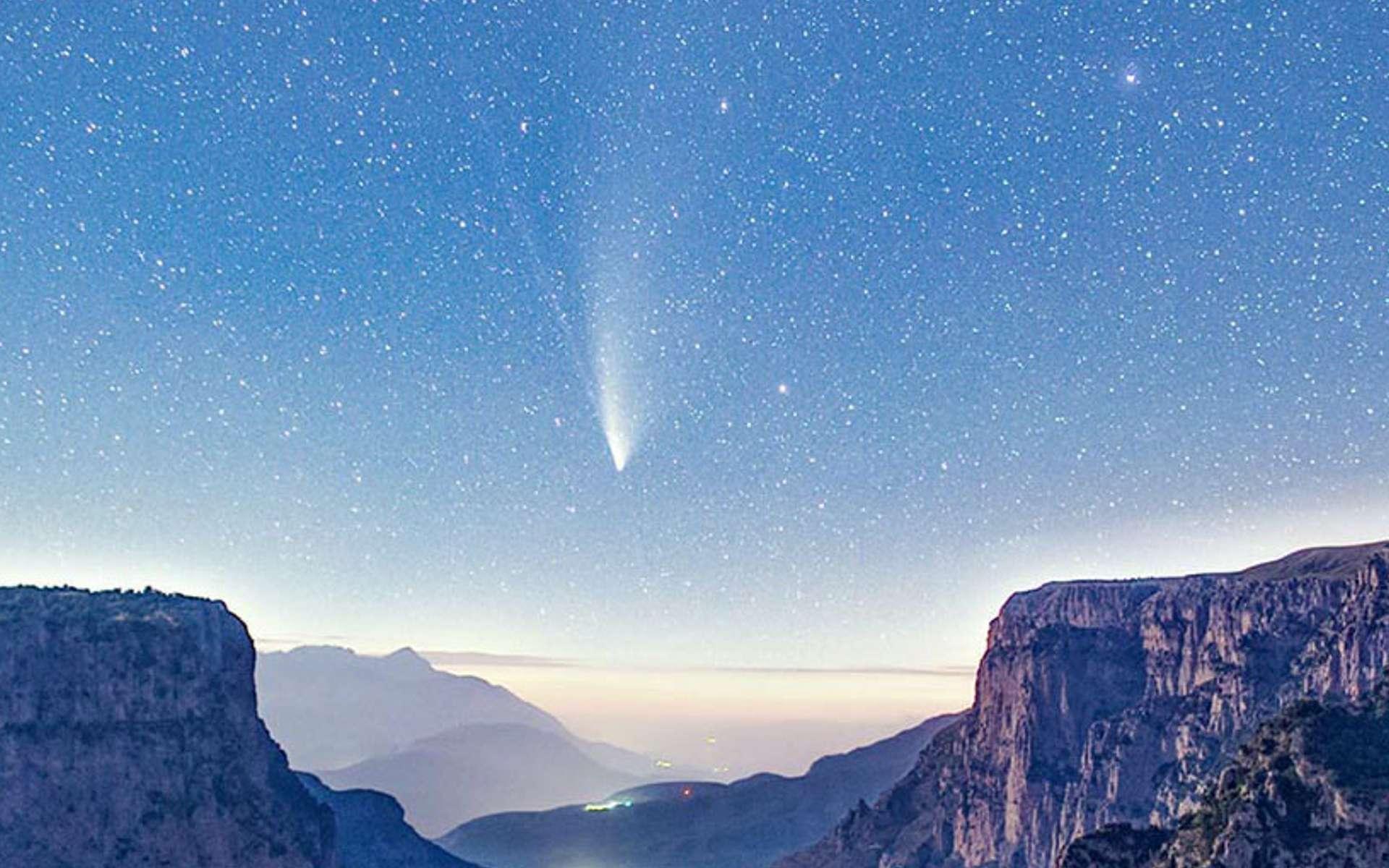 La comète Neowise au-dessus des gorges de Vikos, en Grèce. © Constantine Emmanouilidi, Apod (Nasa)