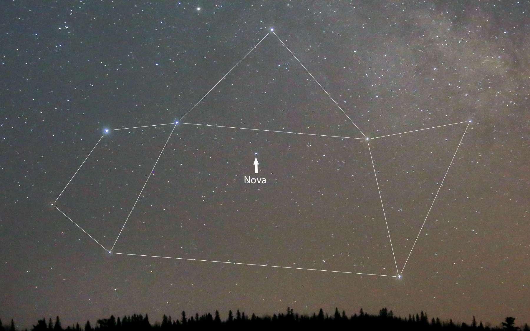 Nova Sagittarii 2015 No. 2 est indiquée par une flèche sur cette photographie amateur prise le 21 mars. Comme on peut le voir, la constellation du Sagittaire — qui évoque une théière — n'est pas très élevée au-dessus de l'horizon lorsque la nuit s'achève. © Bob King via Universe Today