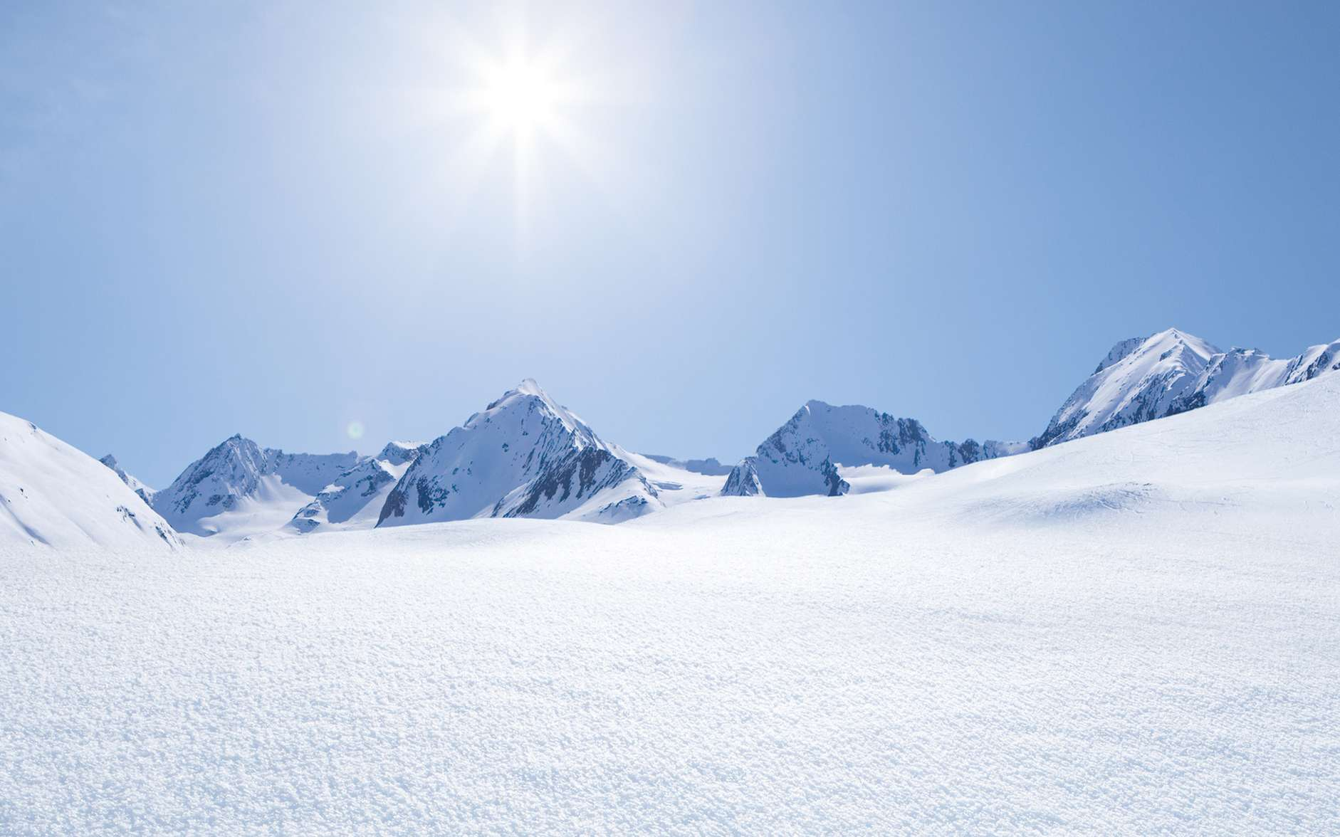 Pourquoi voyons-nous la neige blanche ? La réponse vient du phénomène de réfraction. © by-studio, Fotolia