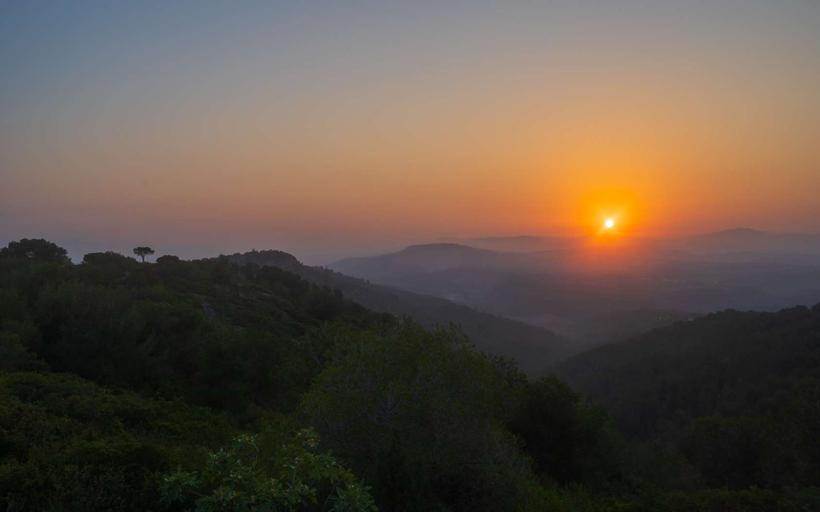 Si le Soleil se lève à l'est, c'est parce que la Terre tourne sur elle-même, d'ouest en est. © danillaophoto, Fotolia