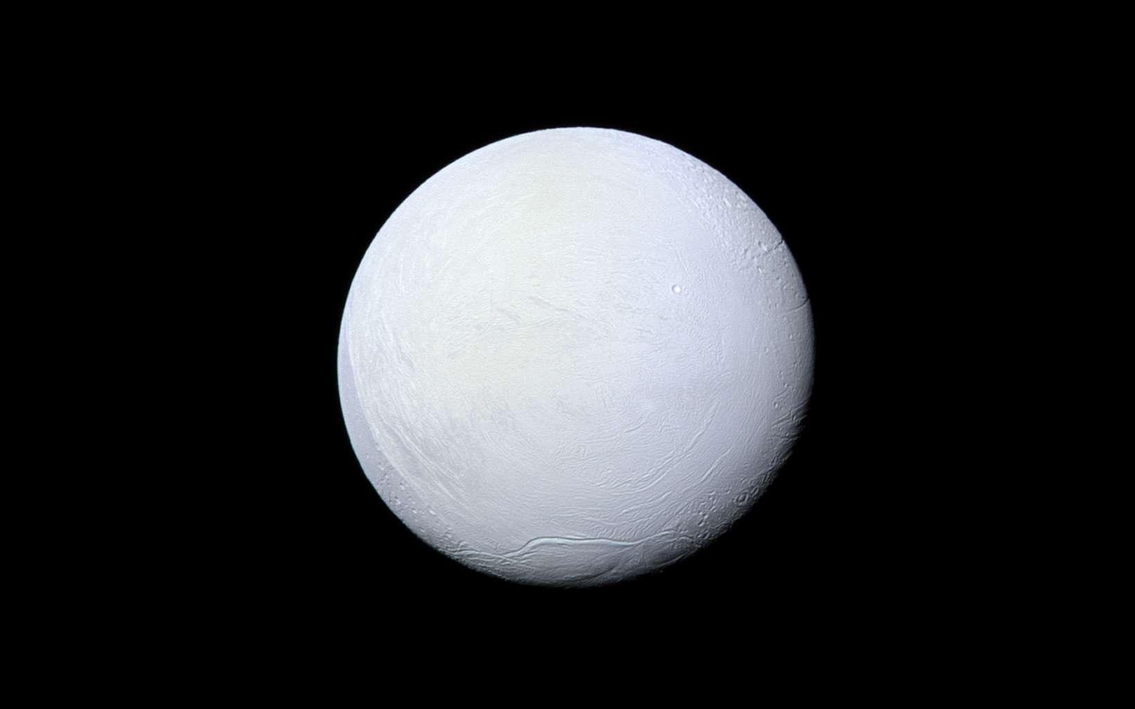Une lune de Saturne, Encelade, est un petit monde glacé potentiellement habitable dans notre Système solaire. © Nasa, JPL