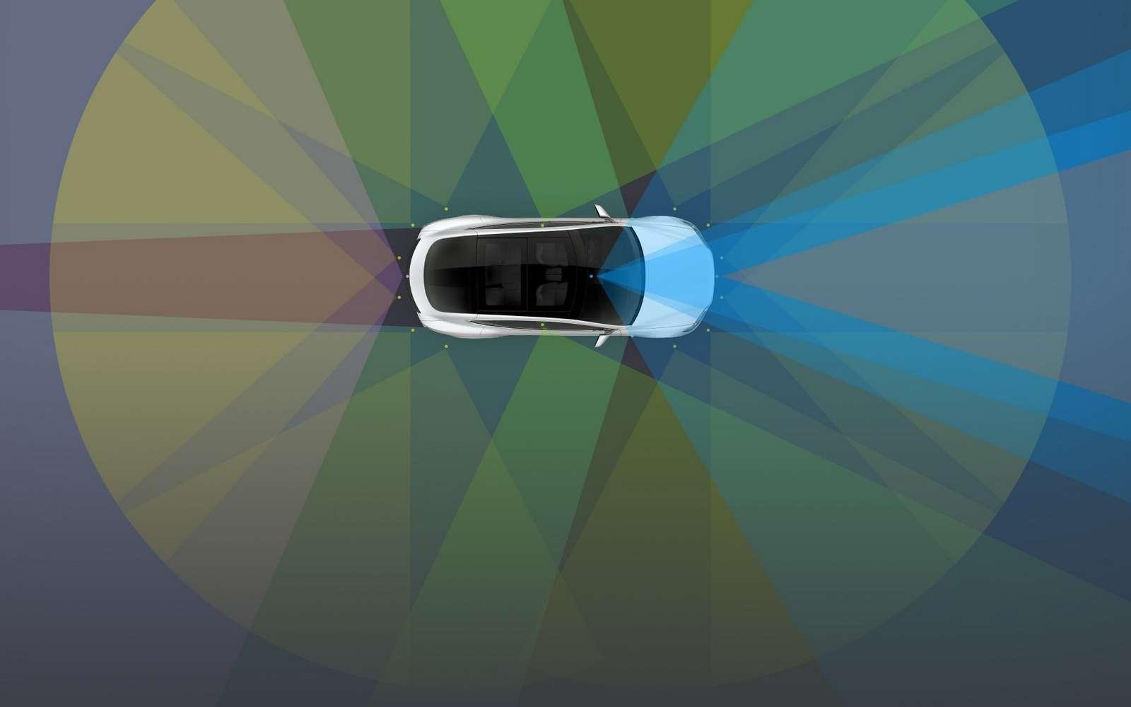 L'Autopilot des Tesla n'est pas un système de conduite autonome à part entière. Il requiert que le conducteur garde ses mains sur le volant et soit attentif à la route. © Tesla