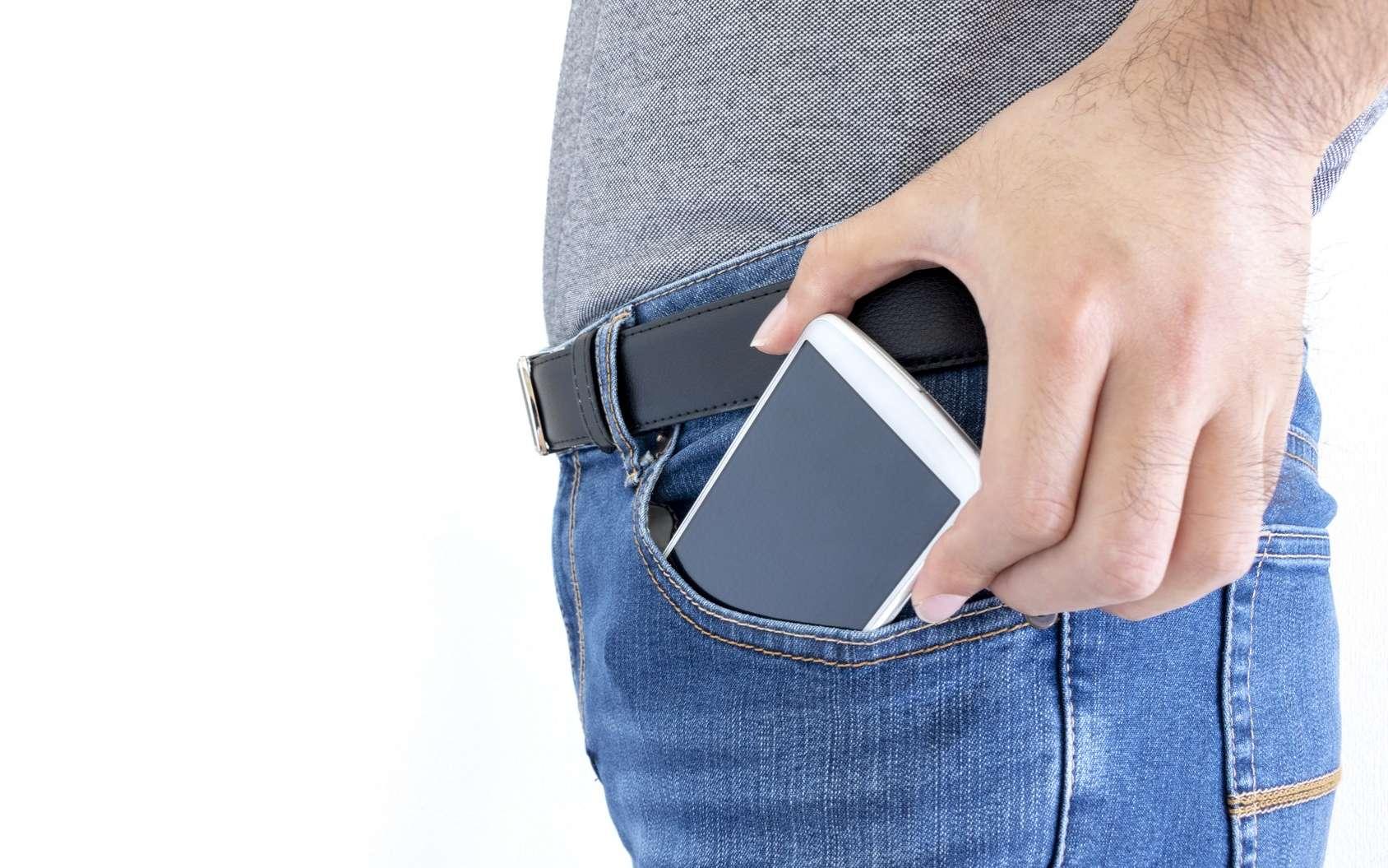 Le téléphone dans la poche du pantalon, une bien mauvaise idée. © poko42, Fotolia