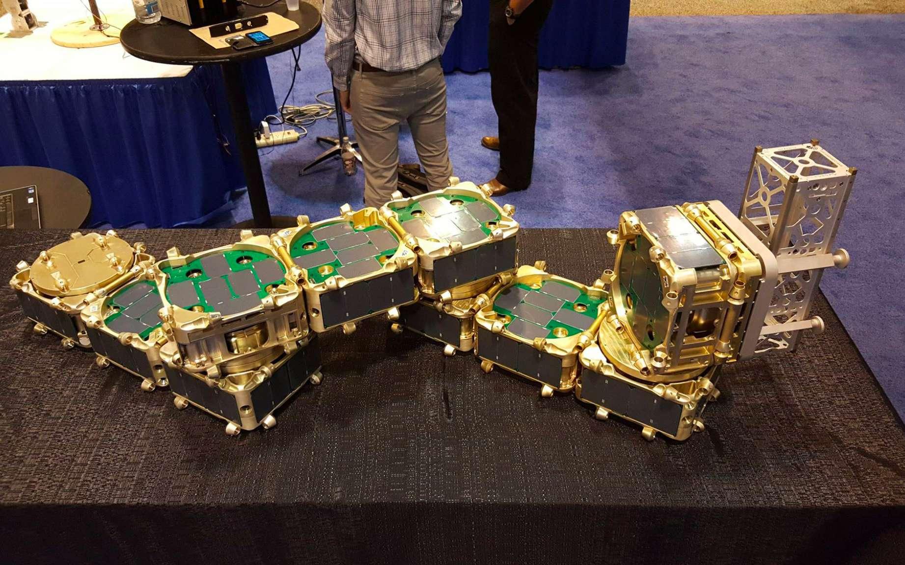 Table Basse Lego Geant hisat, des satellites assemblés en orbite comme des lego