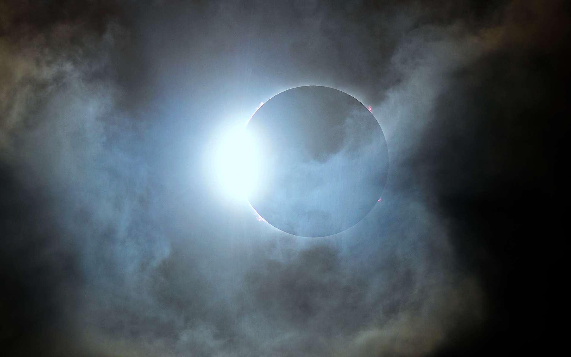 Magnifique photo de l'éclipse totale du Soleil prise le 14 décembre 2020. Des éruptions solaires débordant du disque lunaire sont bien visbles. © Mariano Ribas (Planetario de la Ciudad de Buenos Aires)